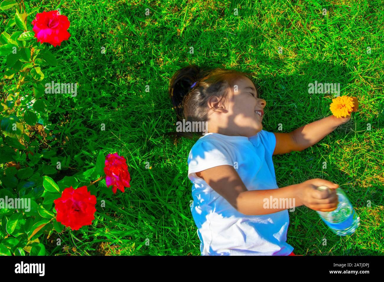 Bonne petite fille sur l'herbe Banque D'Images