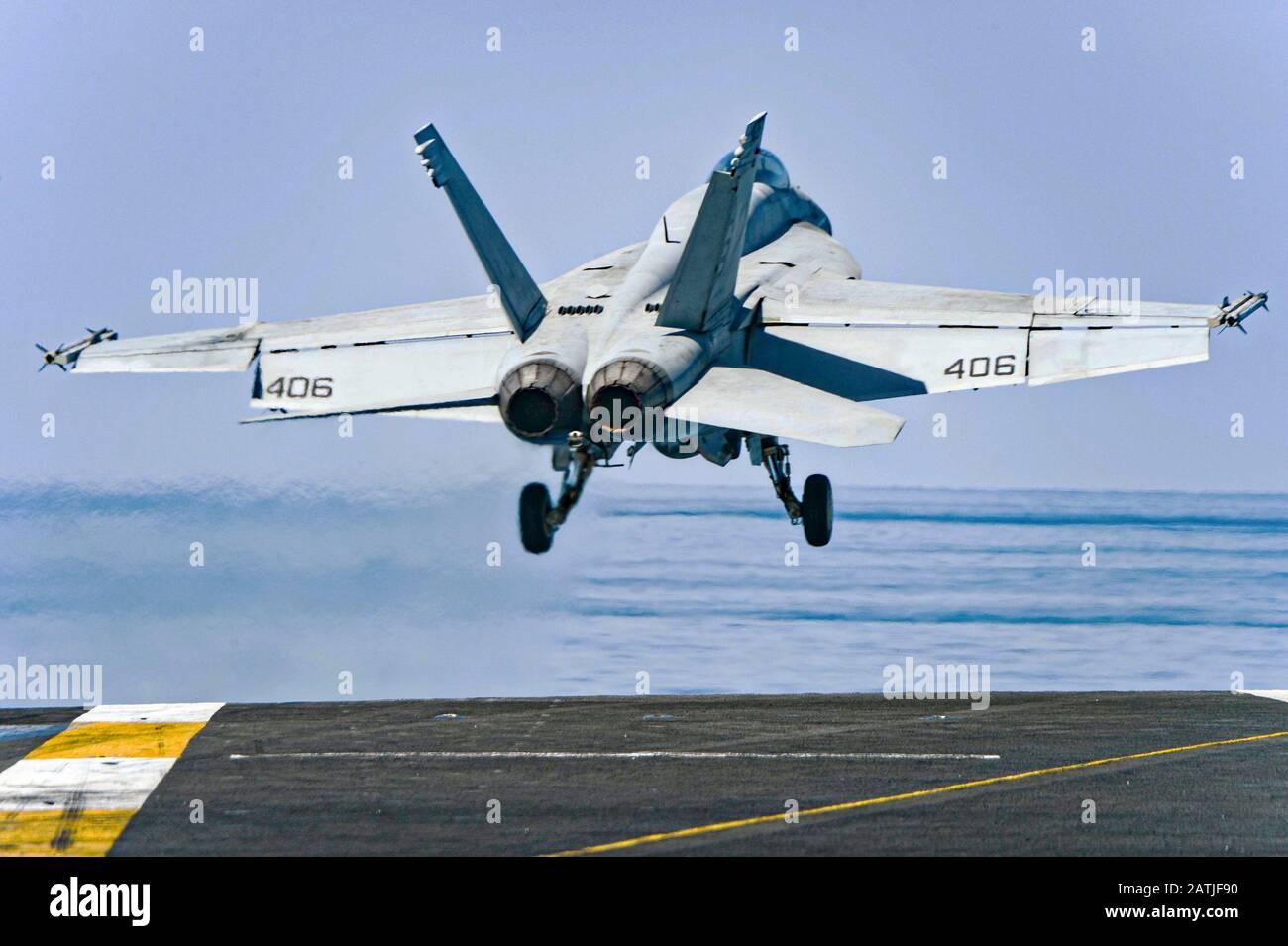 Un avion de chasse Super Hornet de la marine américaine F/A-18 E attaché au Strike Fighter Squadron 81, part du pont de vol du porte-avions USS Harry S. Truman le 30 janvier 2020 en mer d'Arabie. Banque D'Images