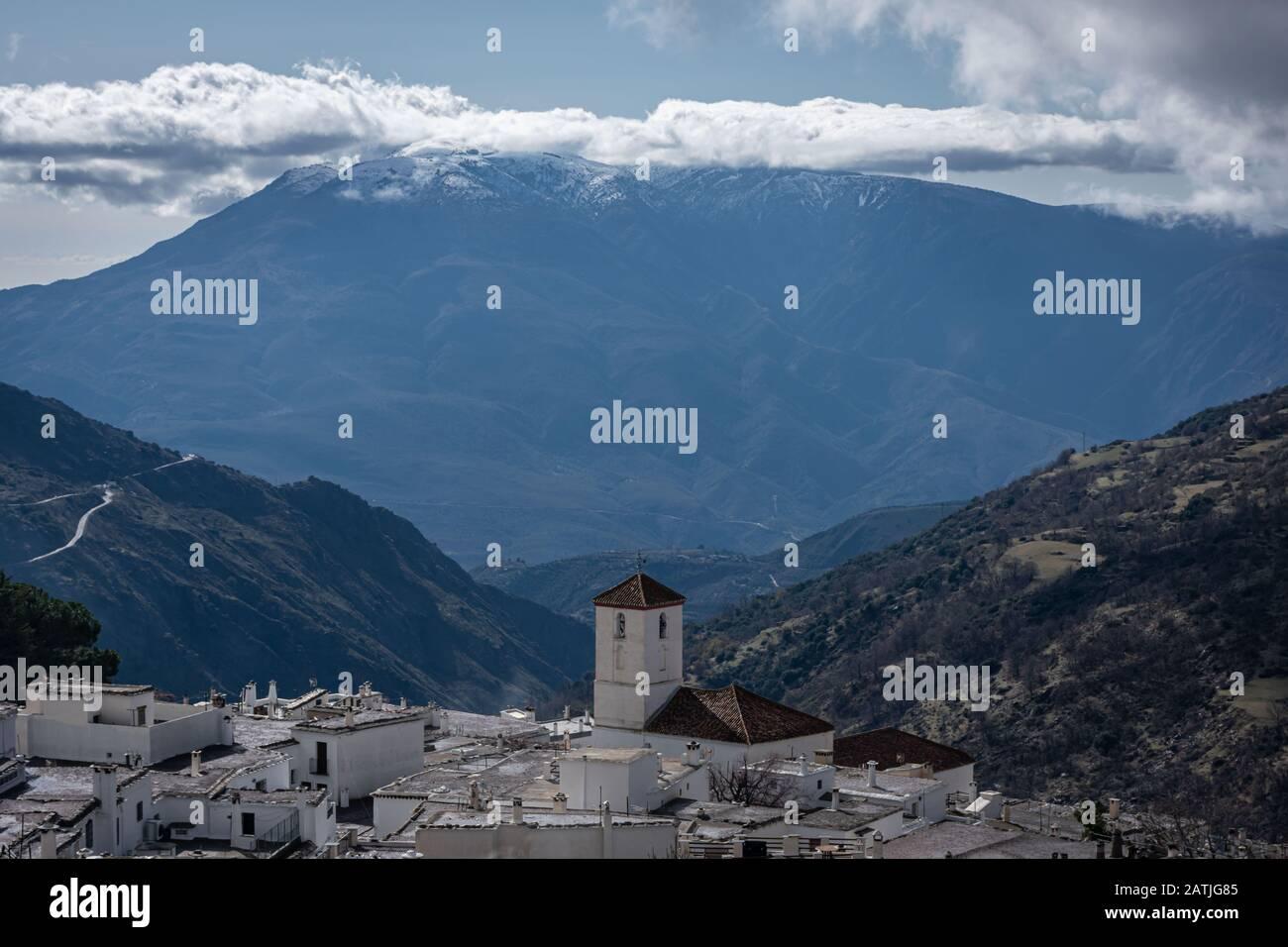 Paysage d'un village dans les hautes montagnes avec le clocher de l'église en dehors Banque D'Images