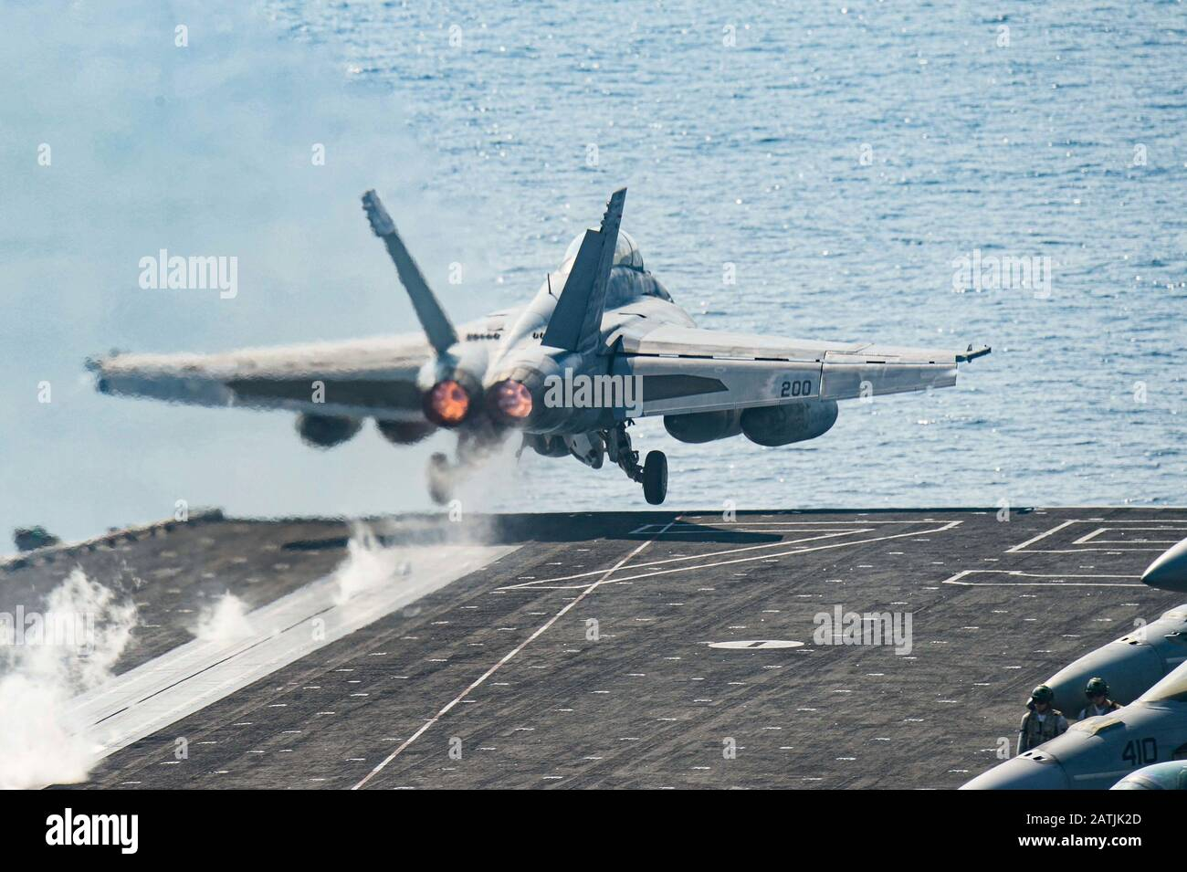 Un avion de chasse Super Hornet de la marine américaine F/A-18 F attaché au Strike Fighter Squadron 211, part du pont de vol du porte-avions USS Harry S. Truman à la suite d'une patrouille de routine le 9 janvier 2020 dans la mer d'Arabie. Banque D'Images