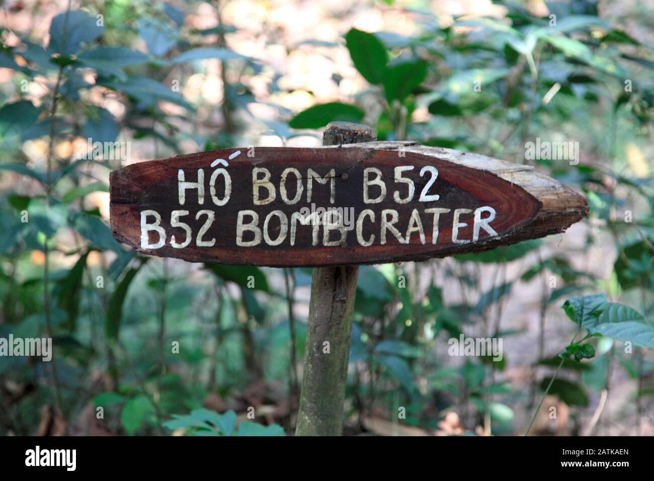 Signe Pour Le Cratère À Bombe De L' Bah52, Les Tunnels De Cu Chi, Ben Dinh, Près De Ho Chi Minh Ville, Saigon, Vietnam, Asie Du Sud-Est, Asie Banque D'Images