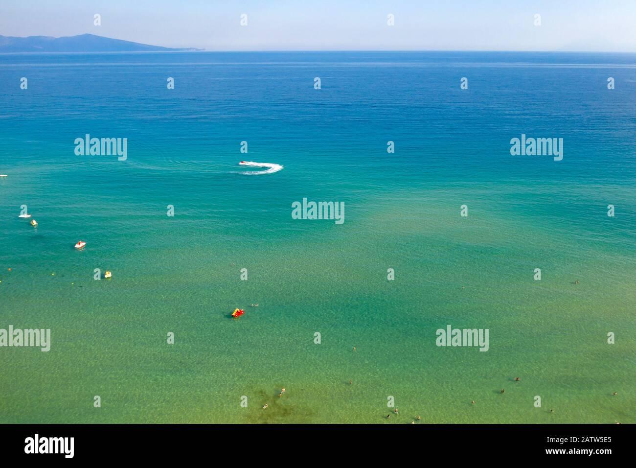 Les oiseaux drones aériens ont vue sur les bateaux à voile qui naviguent dans la mer Egée bleue profonde, en Grèce. Banque D'Images