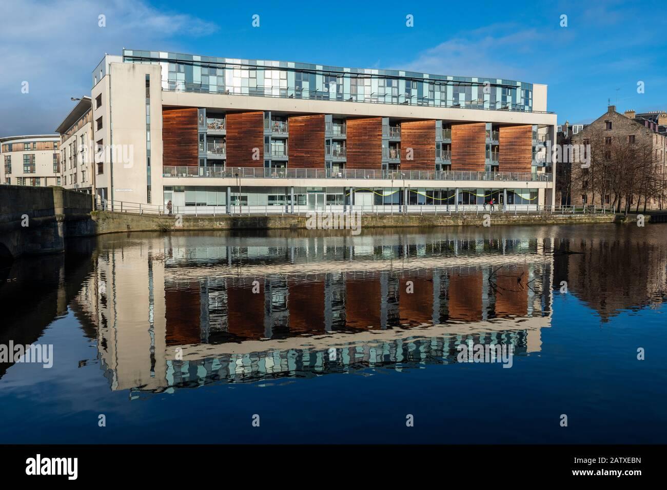 Immeuble d'appartements moderne sur Sandport Place reflété dans l'eau de Leith à Leith, Édimbourg, Écosse, Royaume-Uni Banque D'Images