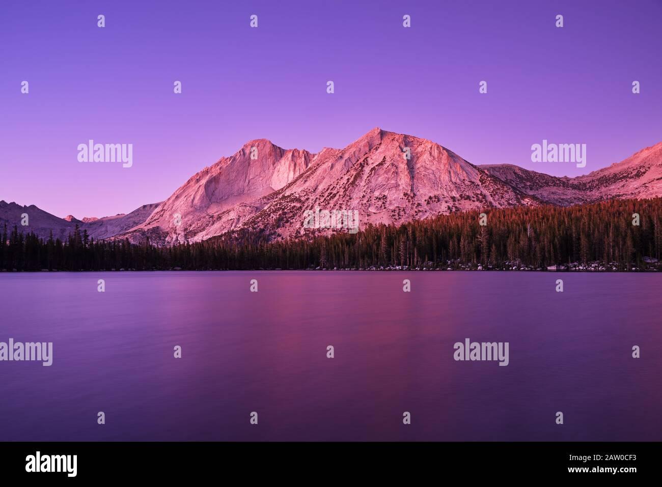 Mount Conness et Young Lake dans le parc national de Yosemite au crépuscule après le coucher du soleil avec une lueur violette Banque D'Images