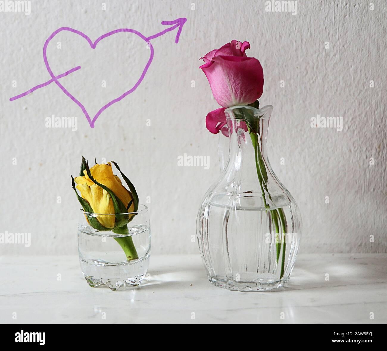 L'amour de la Saint-Valentin simple : coeur sur le mur et roses sur la table Banque D'Images