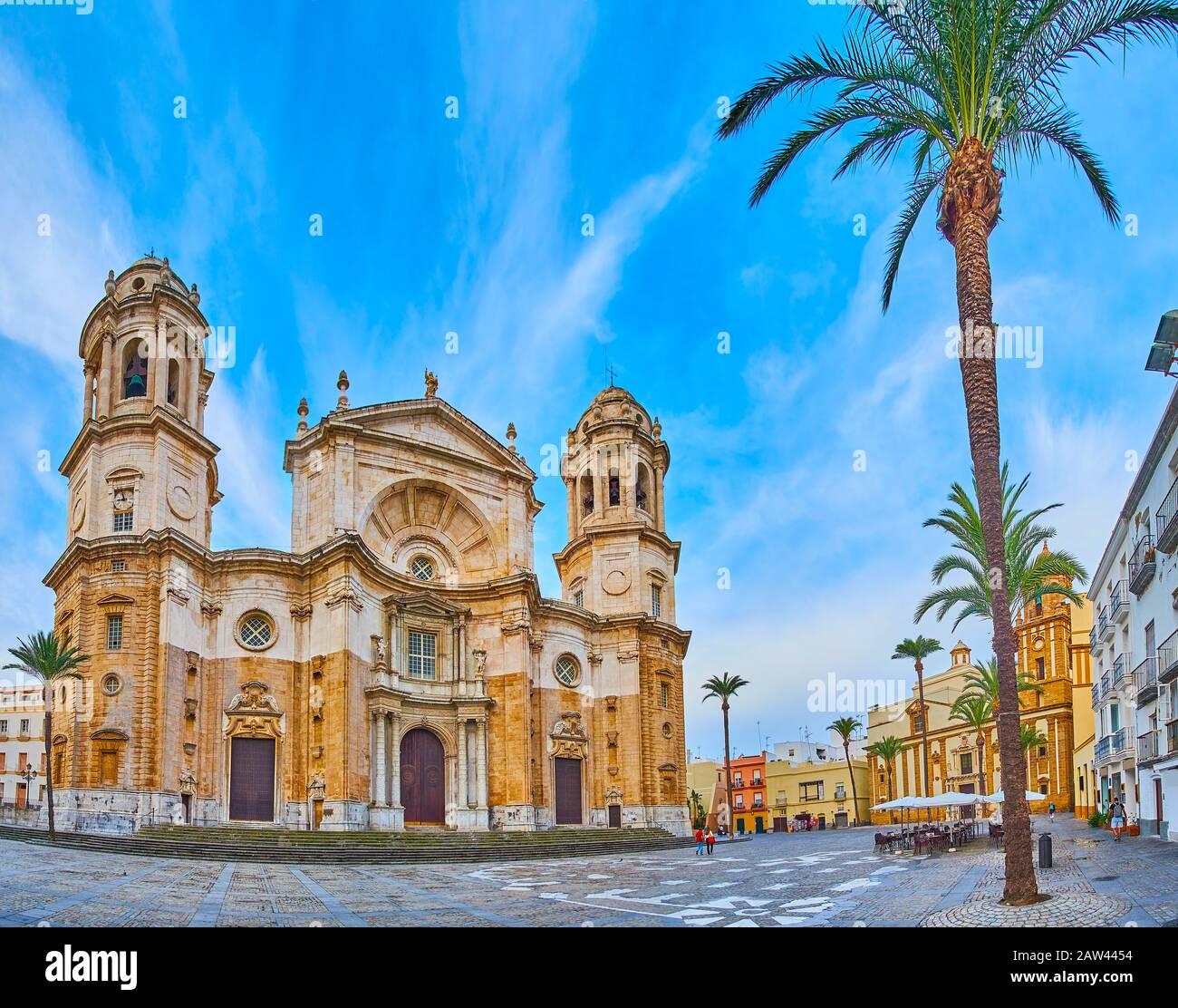 Panorama de la place de la cathédrale (Plaza de la Catedral) avec des monuments historiques tels que la cathédrale Cadix, l'église de Santiago Apostol et le townhou coloré Banque D'Images