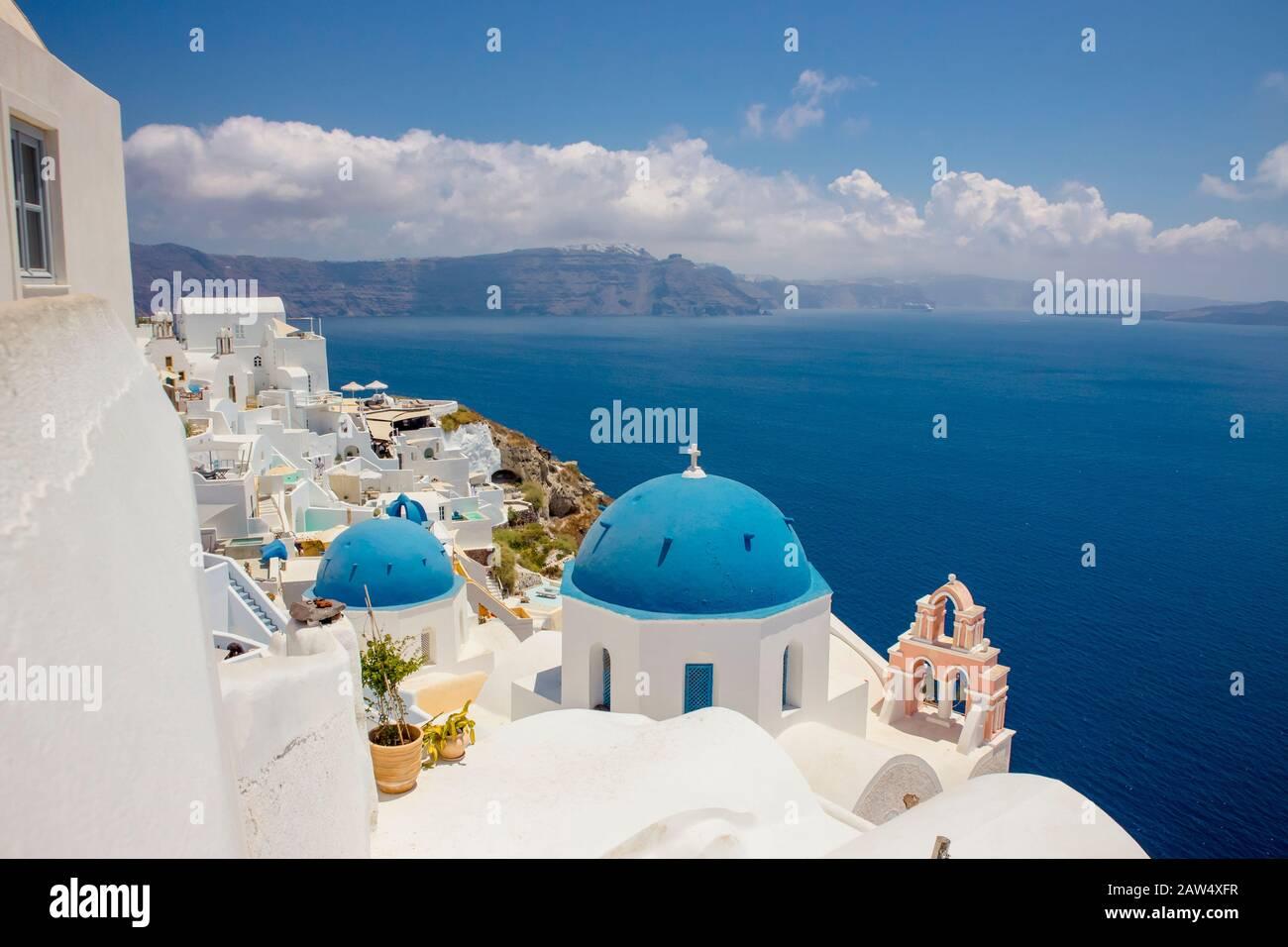 Célèbre dôme bleu église orthodoxe dans le village d'Oia sur l'île de Santorin en Grèce en Europe. Banque D'Images