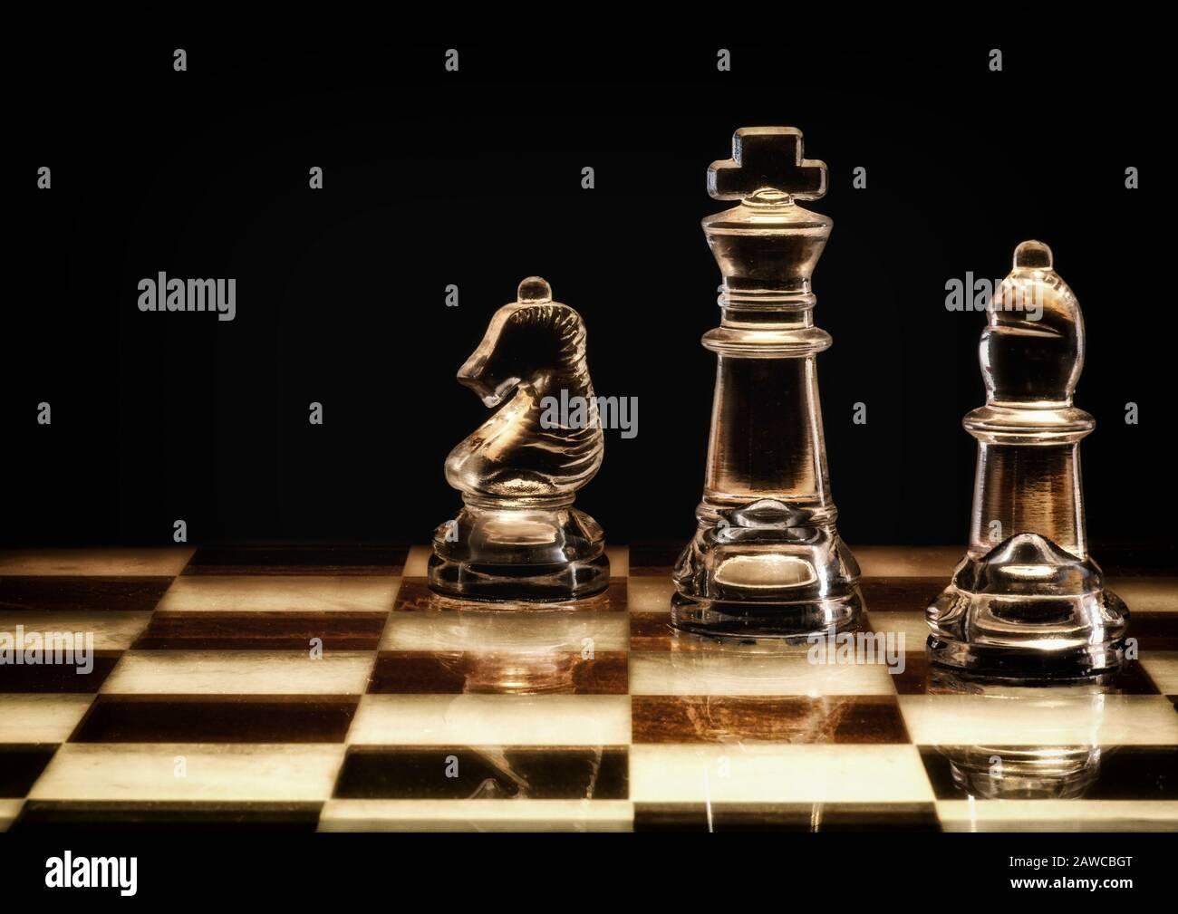 Pièces d'échecs stylisées sur le plateau d'échecs. Banque D'Images