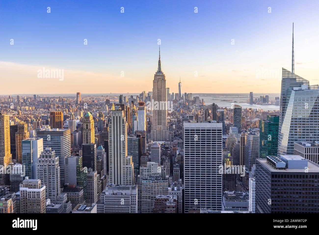 New York City Skyline dans le centre-ville de Manhattan avec Empire State Building et gratte-ciel au coucher du soleil USA Banque D'Images