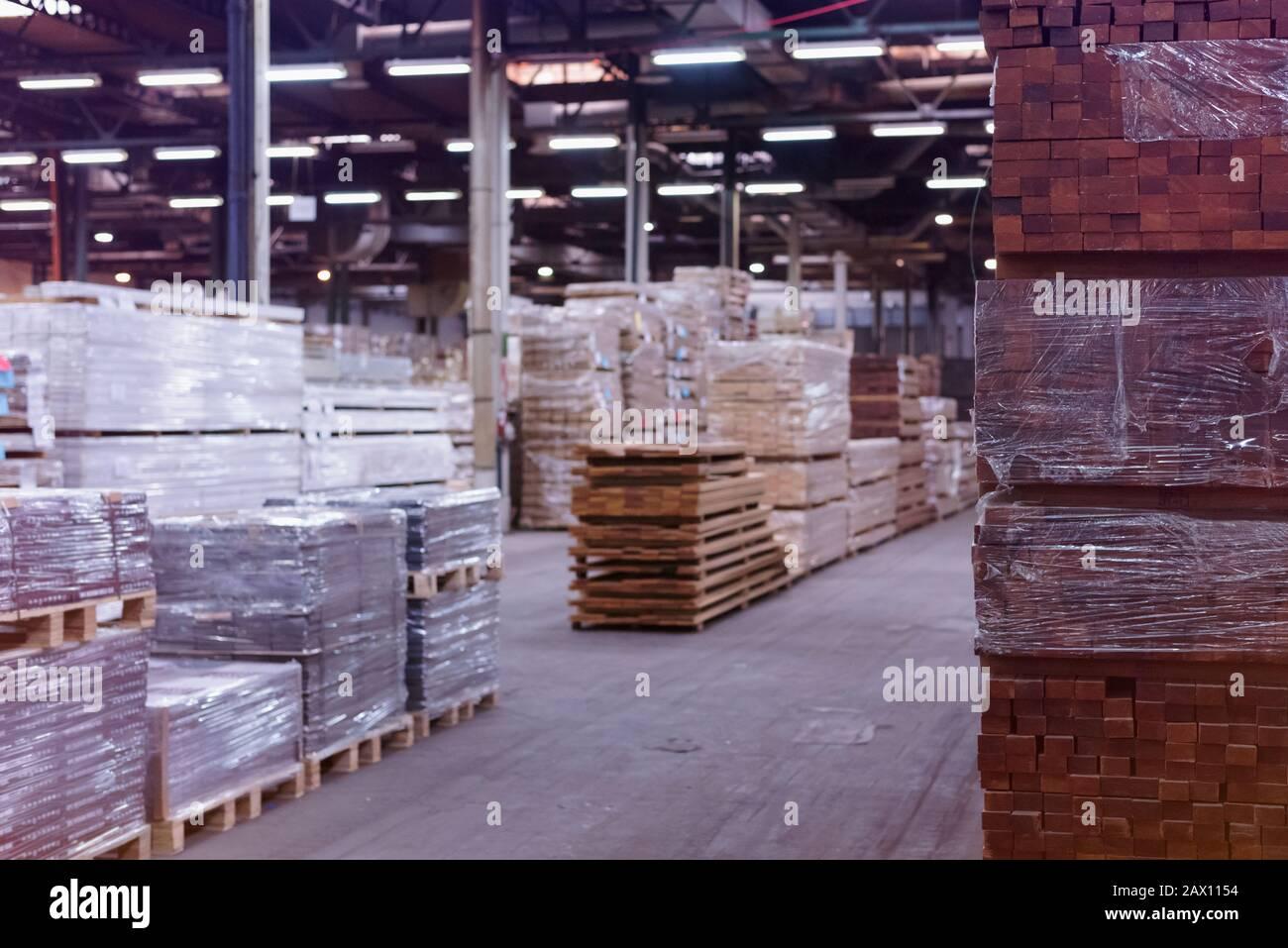 Usine de bois. Tas de bois coupé en usine entrepôt de stockage. En Bois d'entrepôt. Banque D'Images