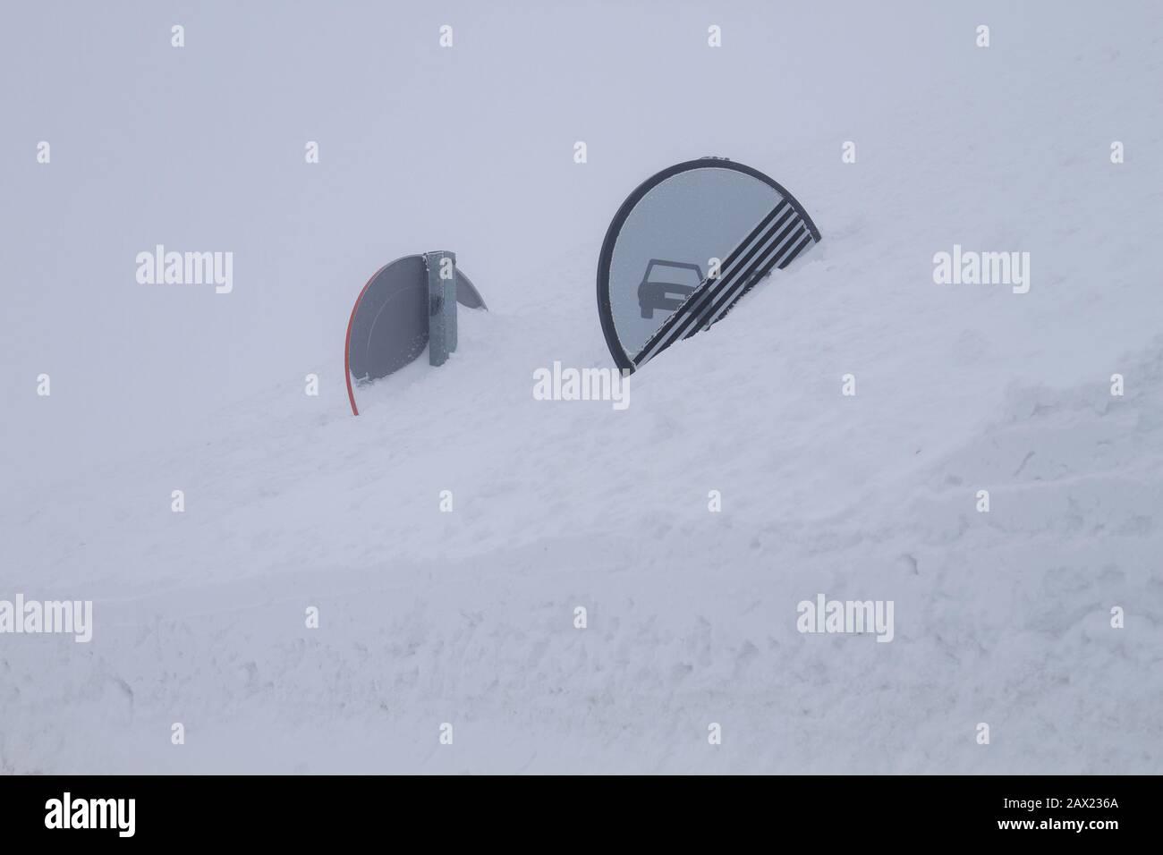 Panneaux de signalisation enfouis dans la neige Banque D'Images