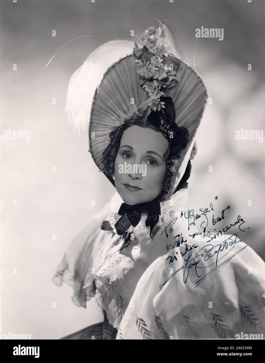 1947 , GRANDE-BRETAGNE : L'actrice FAY COMPTON ( 1894 –1978 ) comme Madame Mantalini dans LA VIE ET LES AVENTURES DE NICHOLAS NIKLEBY ( I misteri di Londra ) par Alberto Cavalcanti , du roman de Charles Dickens . Le romancier gay Sir Edward Compton Mackenzie était son frère . - FILM - CINÉMA INGLESE - portrait - ritratto - AUTOGRAFO - FILM - AUTOGRAPH - signature - firma - chapeau - cappello - plumes - plume - taume - boucles - riccioli - boccoli - TEATRO - THÉÂTRE --- Archivio GBB Banque D'Images