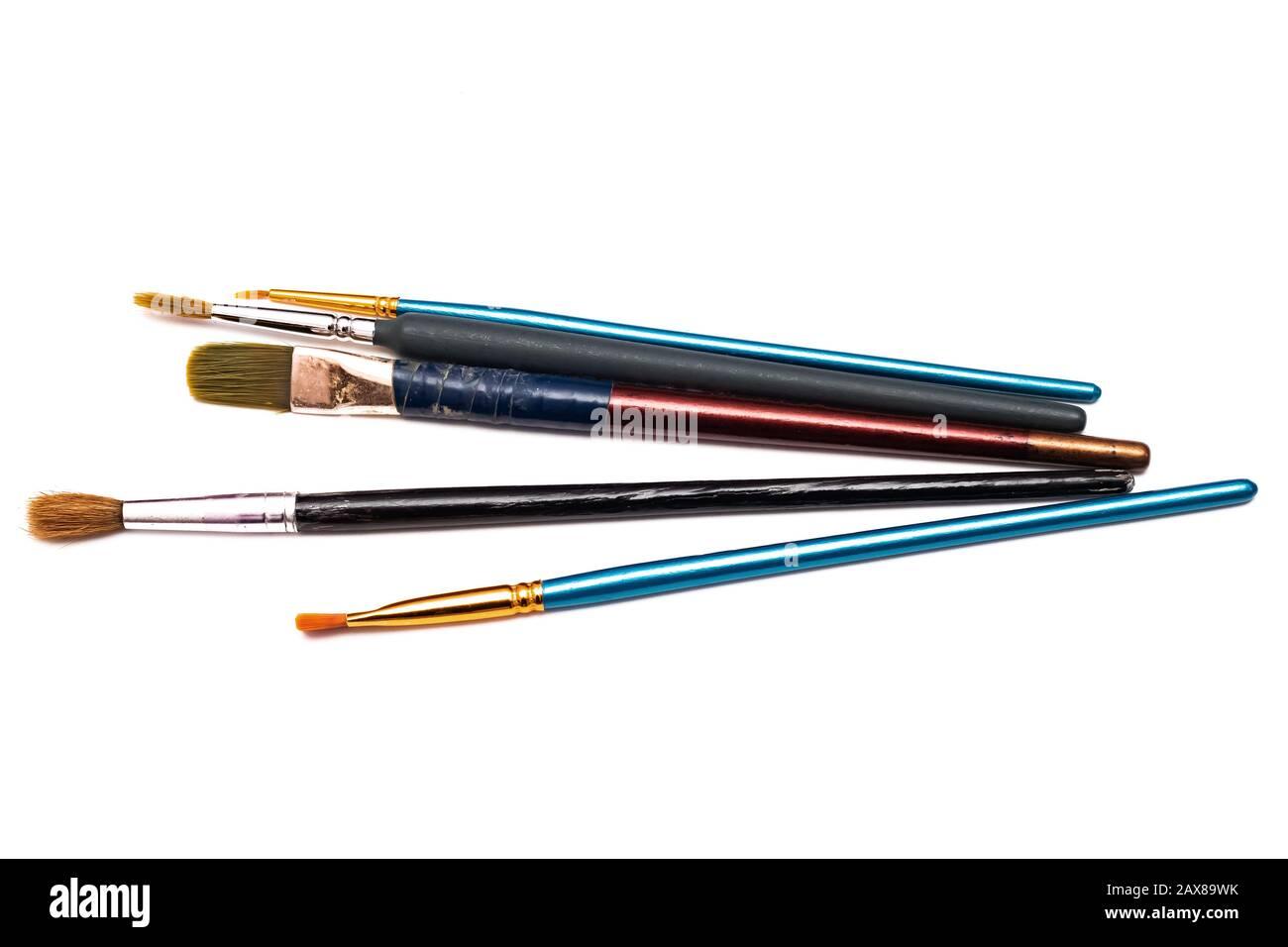 Brosses et crayons, isolés sur fond blanc Banque D'Images
