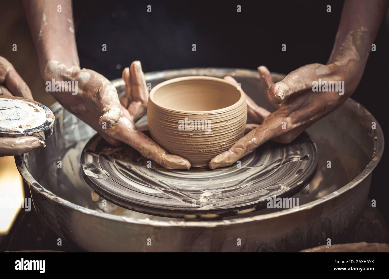 Un pot d'argile brute dans les mains d'un potter. Maître crock. Banque D'Images