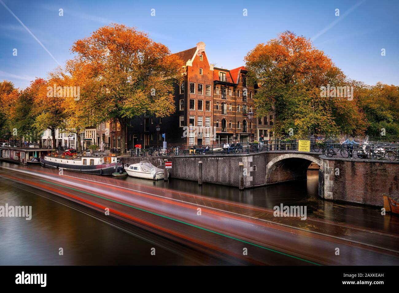 Papiermolensluis canaux Amsterdam, en soirée au Brouwersgracht Banque D'Images