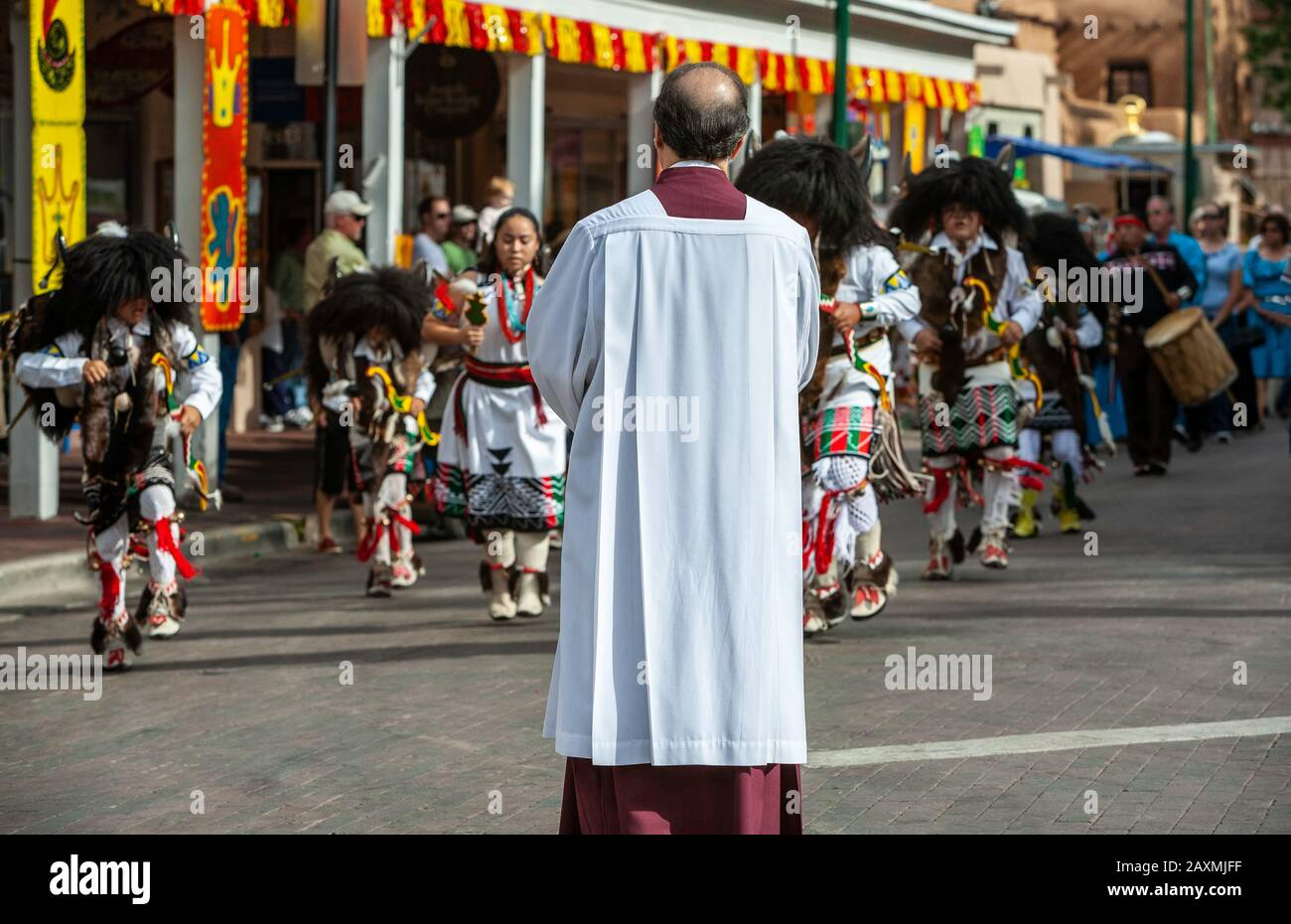 Attendant Et Buffalo Dancers, Solemn Procession, Fiesta De Santa Fe, New Mexico États-Unis Banque D'Images