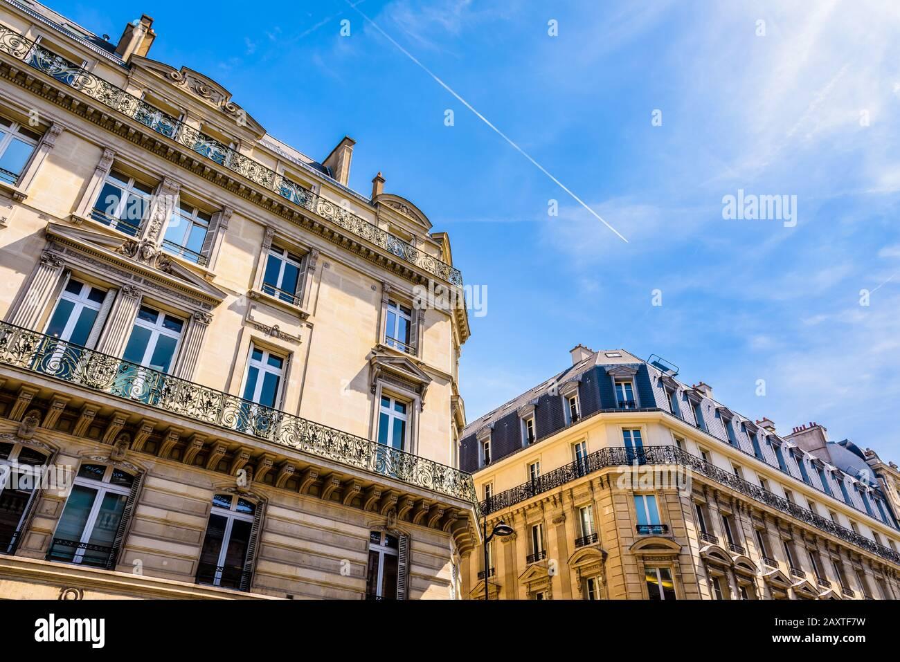 Vue à bas angle des bâtiments résidentiels typiques de style haussmannien dans les quartiers chic de Paris, France, par une journée ensoleillée contre le ciel bleu. Banque D'Images