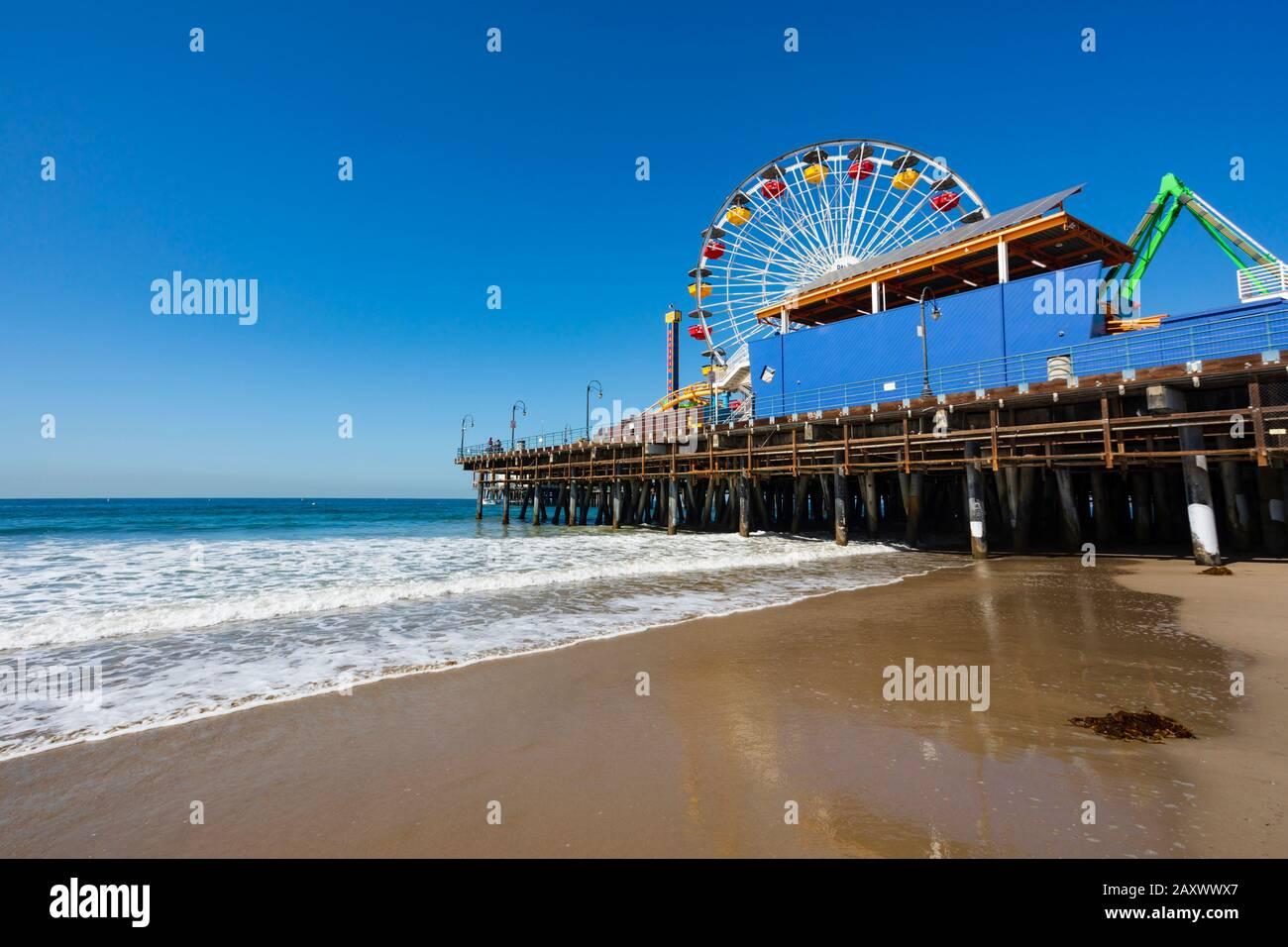Plage et jetée de Santa Monica avec attractions Pacific Park, , Californie, États-Unis d'Amérique. ÉTATS-UNIS. Octobre 2019 Banque D'Images