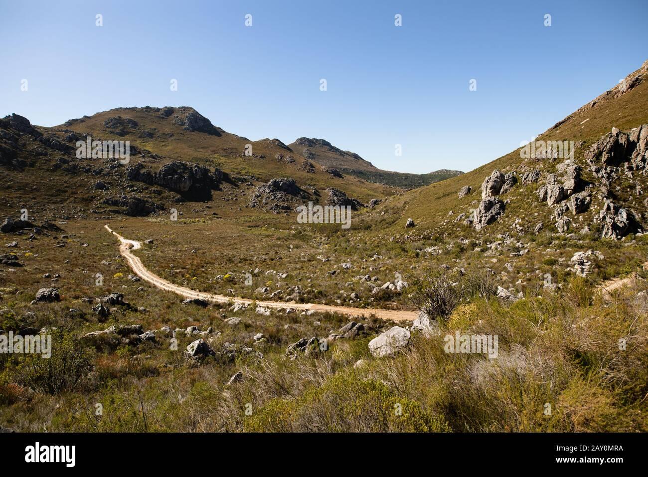 Vue sur le chemin à travers la montagne Banque D'Images
