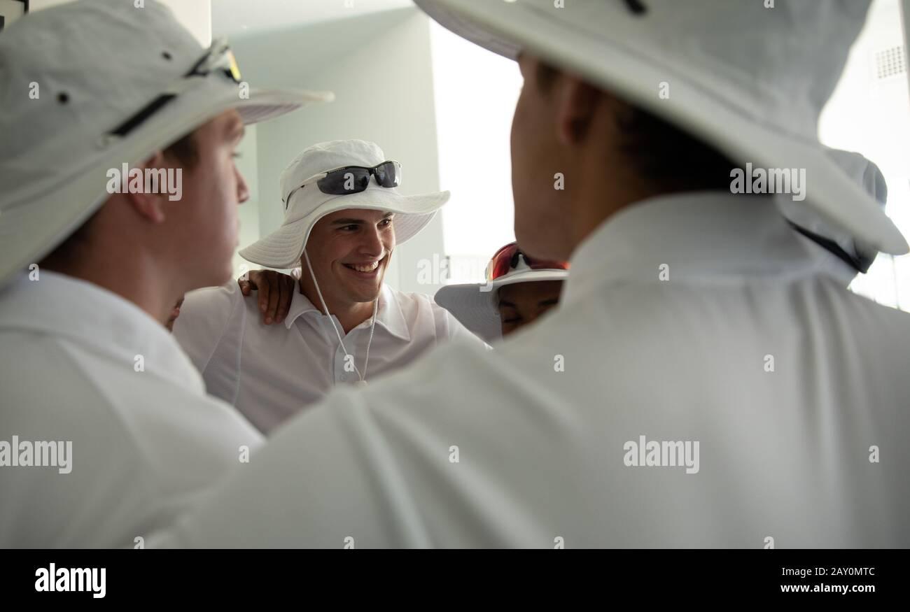 L'équipe se motive mutuellement dans le vestiaire Banque D'Images