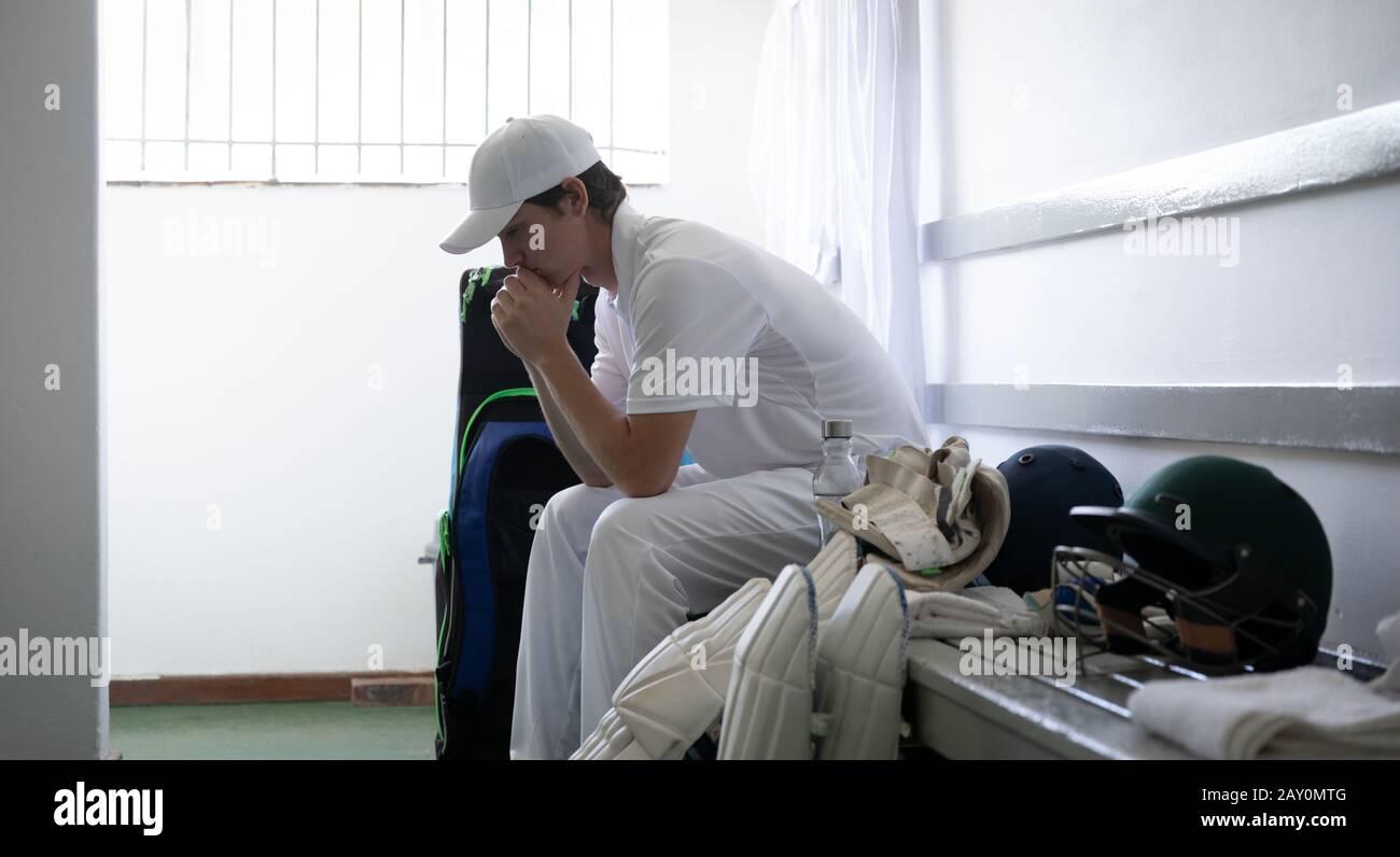 Homme pendu avant de jouer dans le vestiaire Banque D'Images
