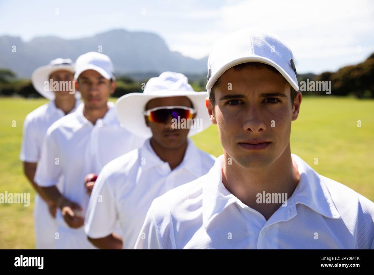 Joueurs de cricket regardant l'appareil photo Banque D'Images