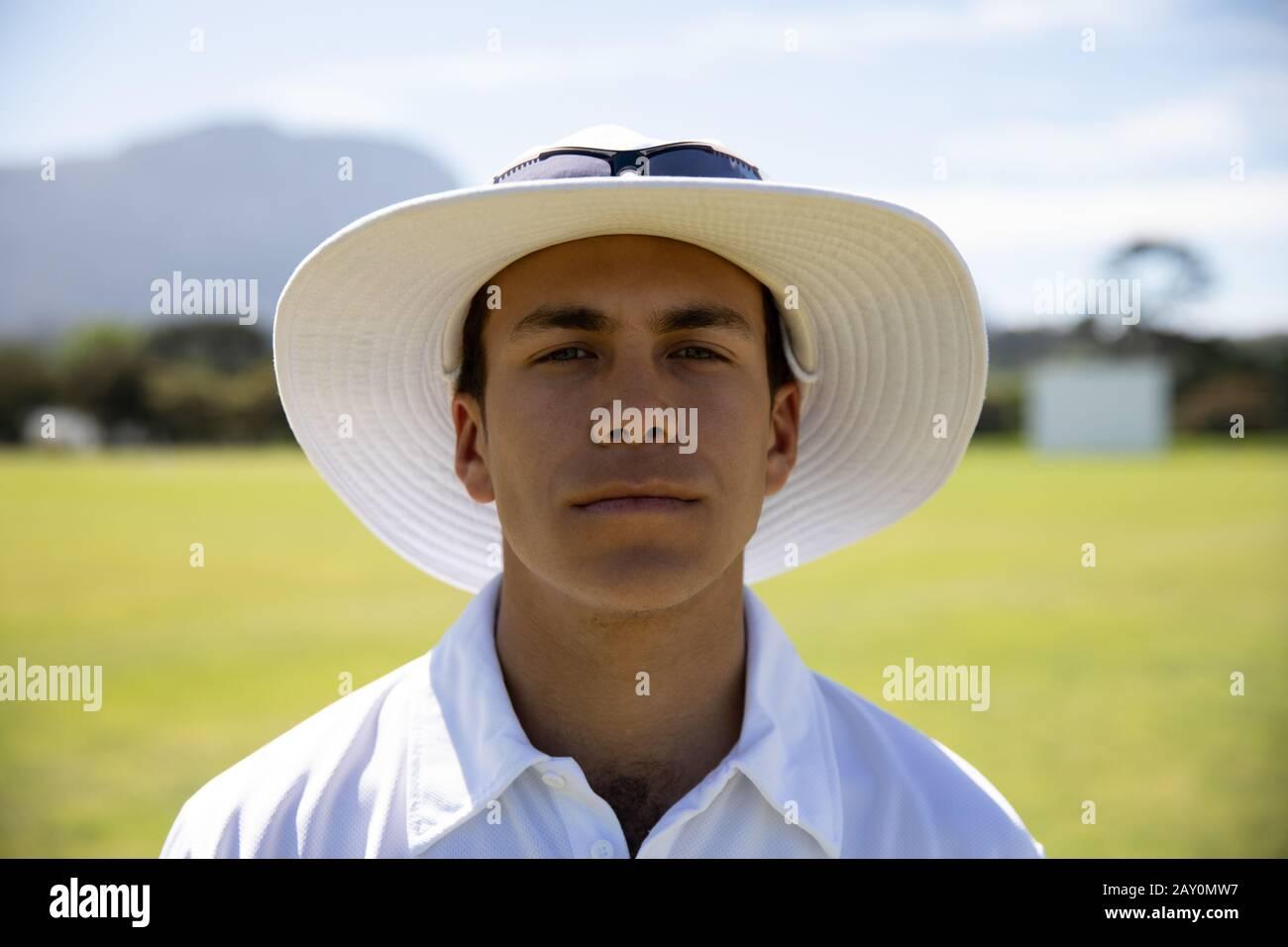 Joueur de cricket regardant l'appareil photo Banque D'Images