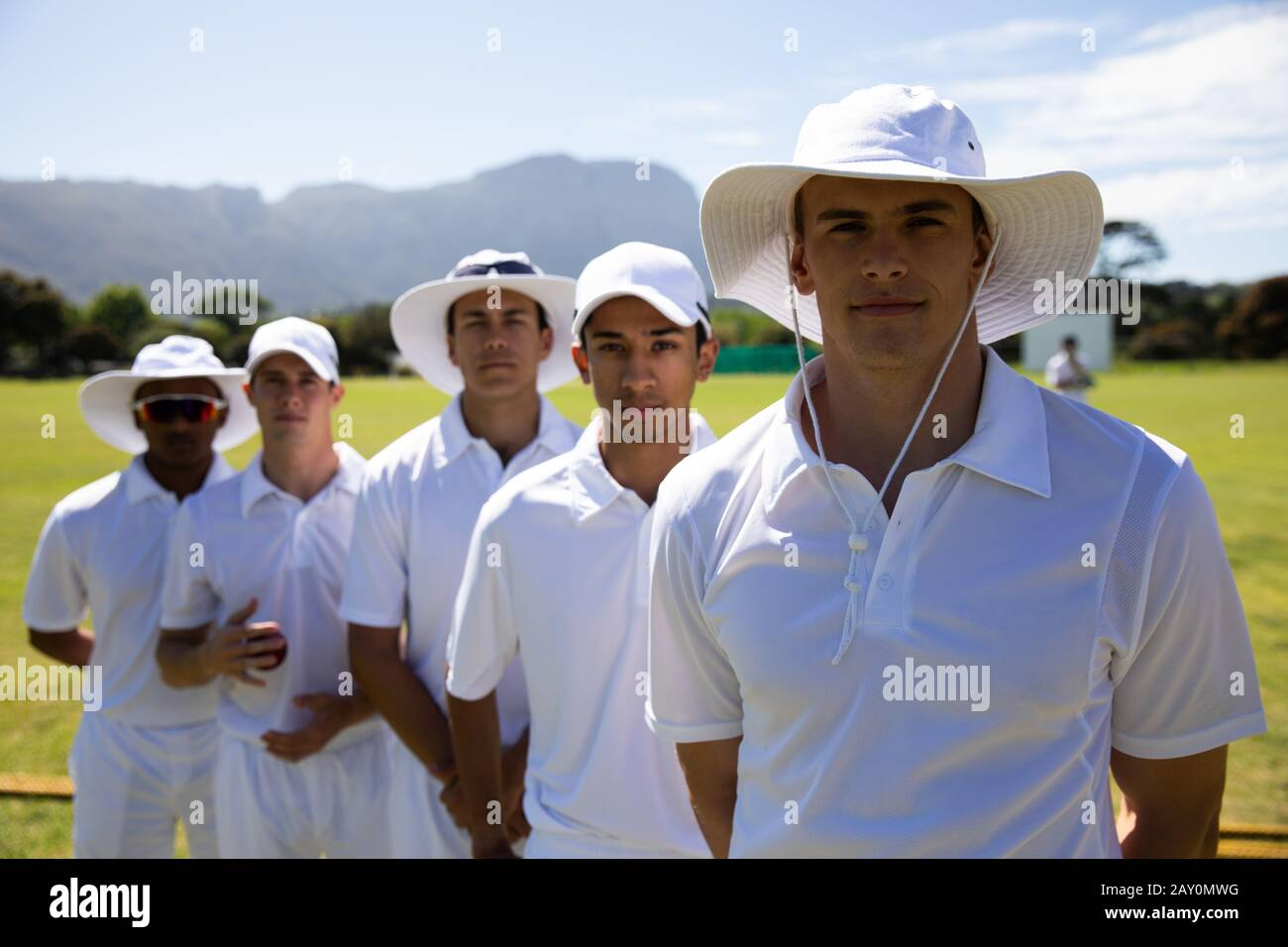 Équipe de cricket debout devant l'appareil photo Banque D'Images