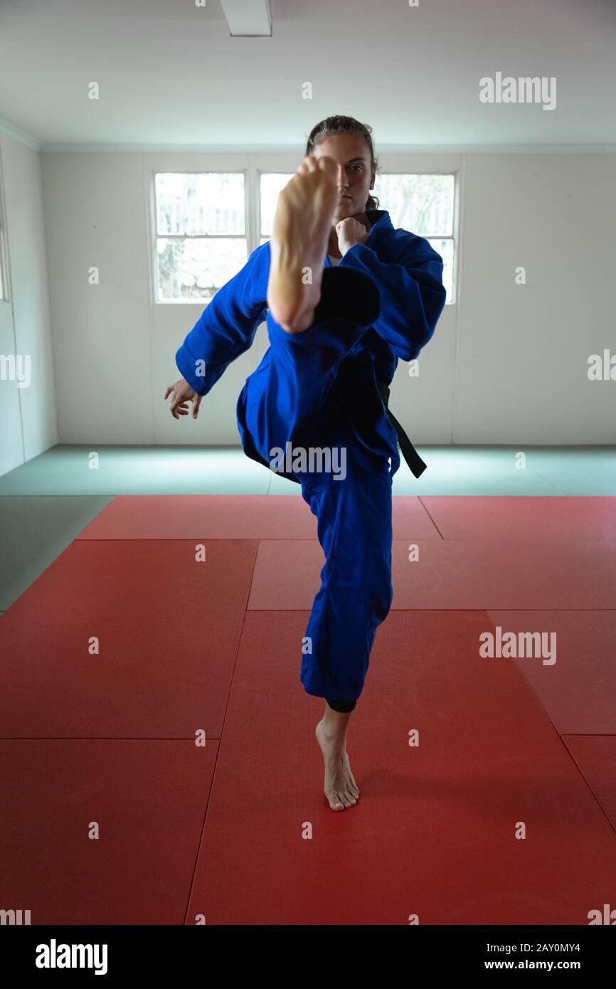 karateka étirant sa jambe vers le haut et donnant l'air Banque D'Images