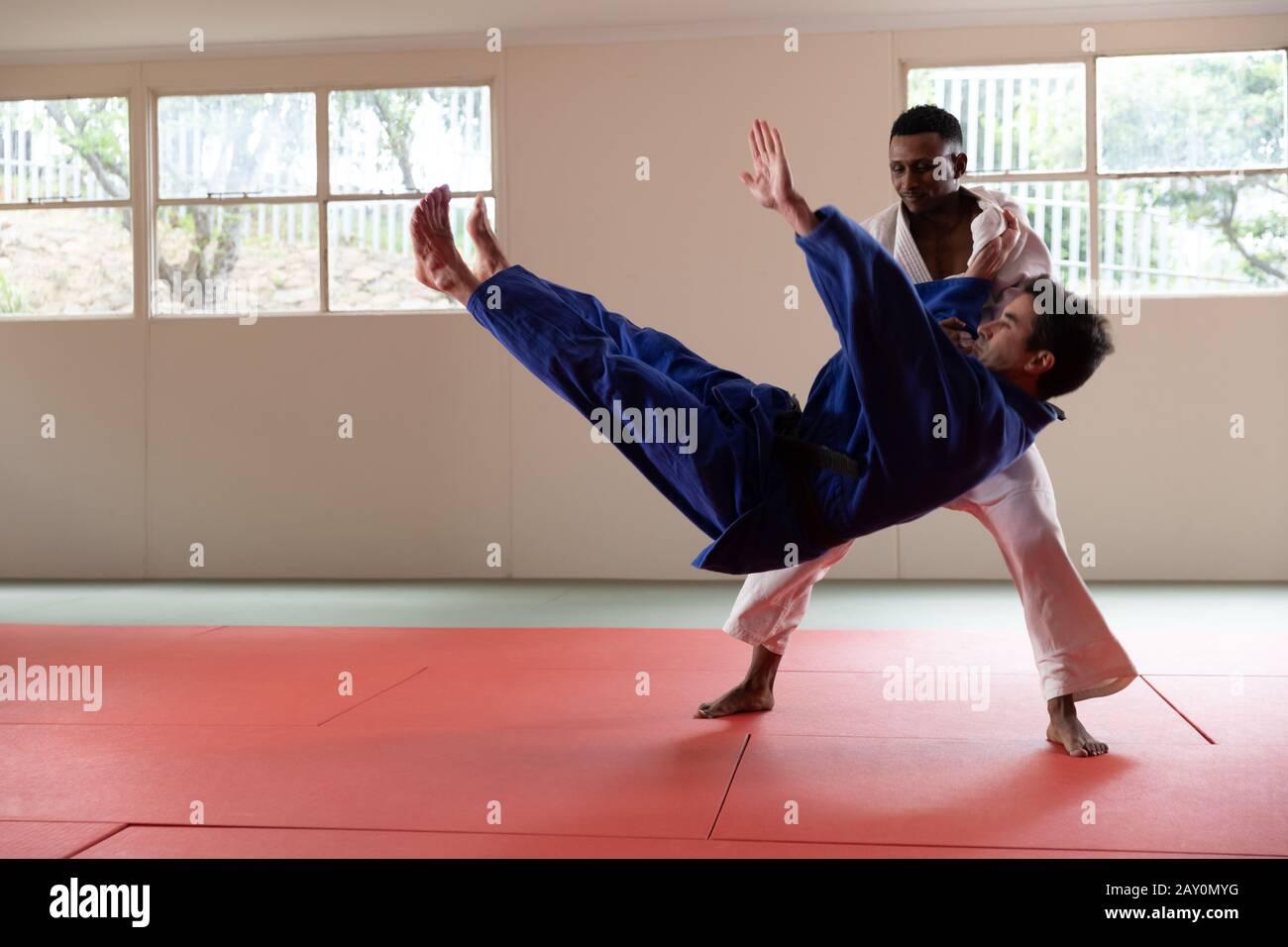 Entraînement de judokas dans une salle de sport Banque D'Images