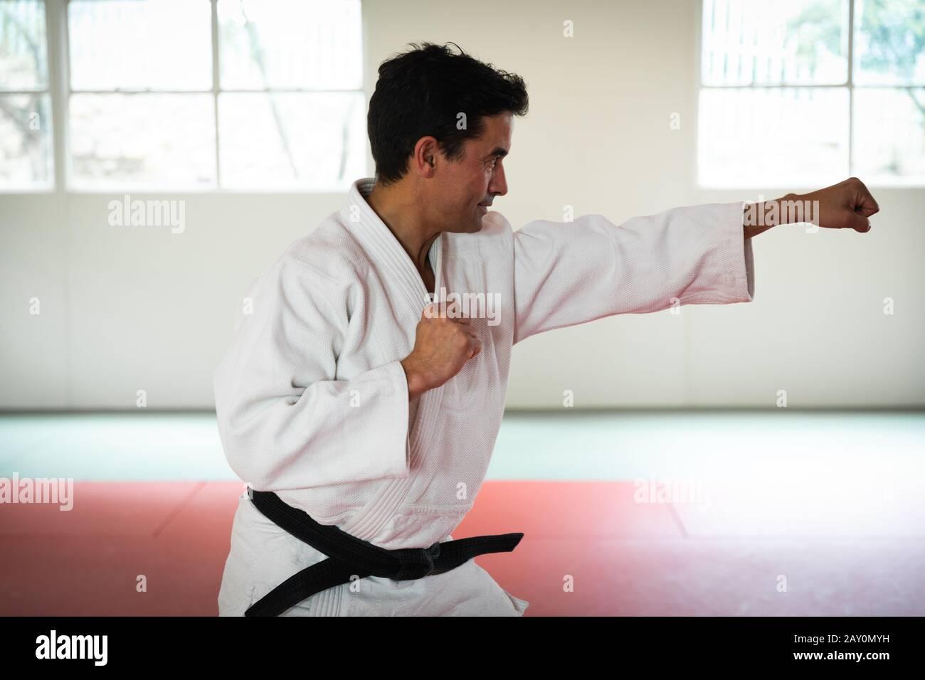 Judoka frappant une pose dans une salle de sport Banque D'Images