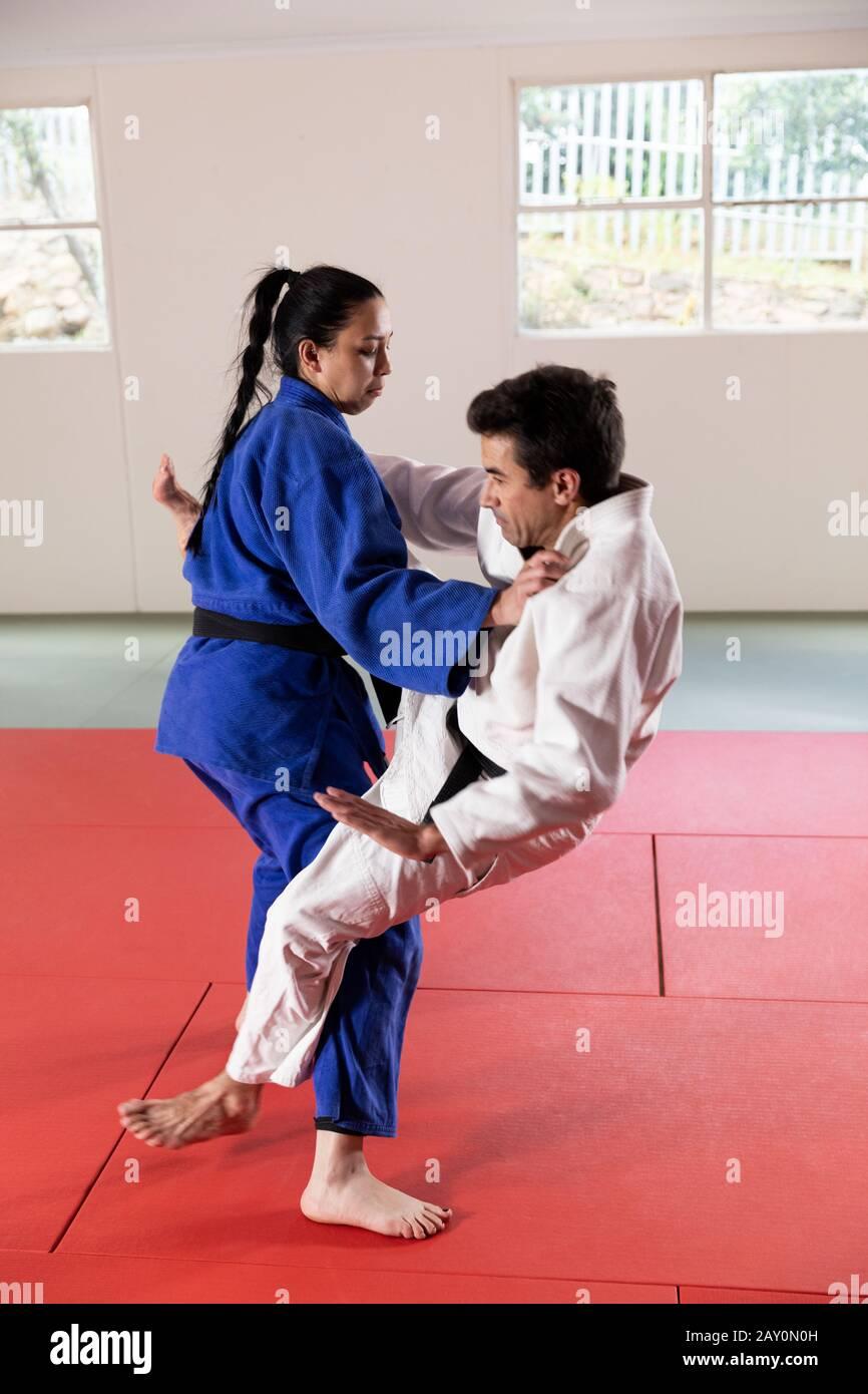 Judokas pratiquant le judo dans une salle de sport Banque D'Images