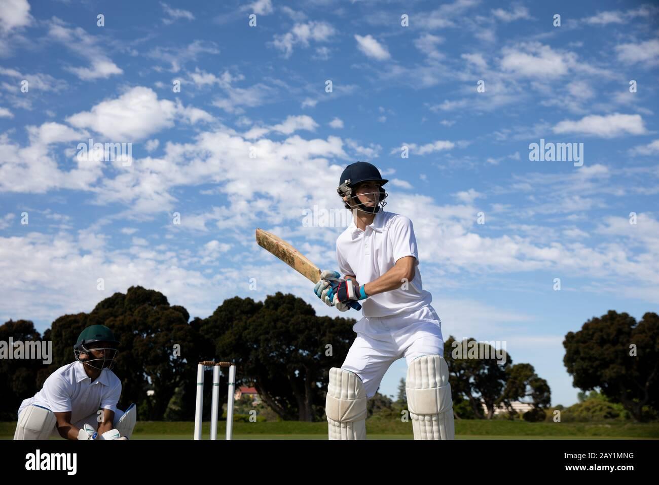 Entraînement des joueurs de cricket sur le terrain Banque D'Images