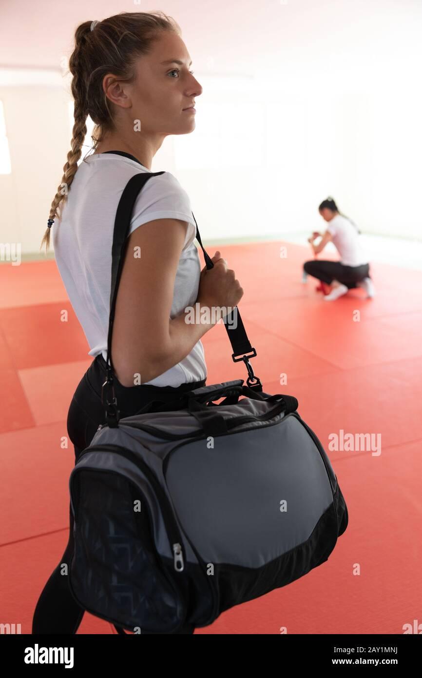 Judoka debout avec un sac Banque D'Images