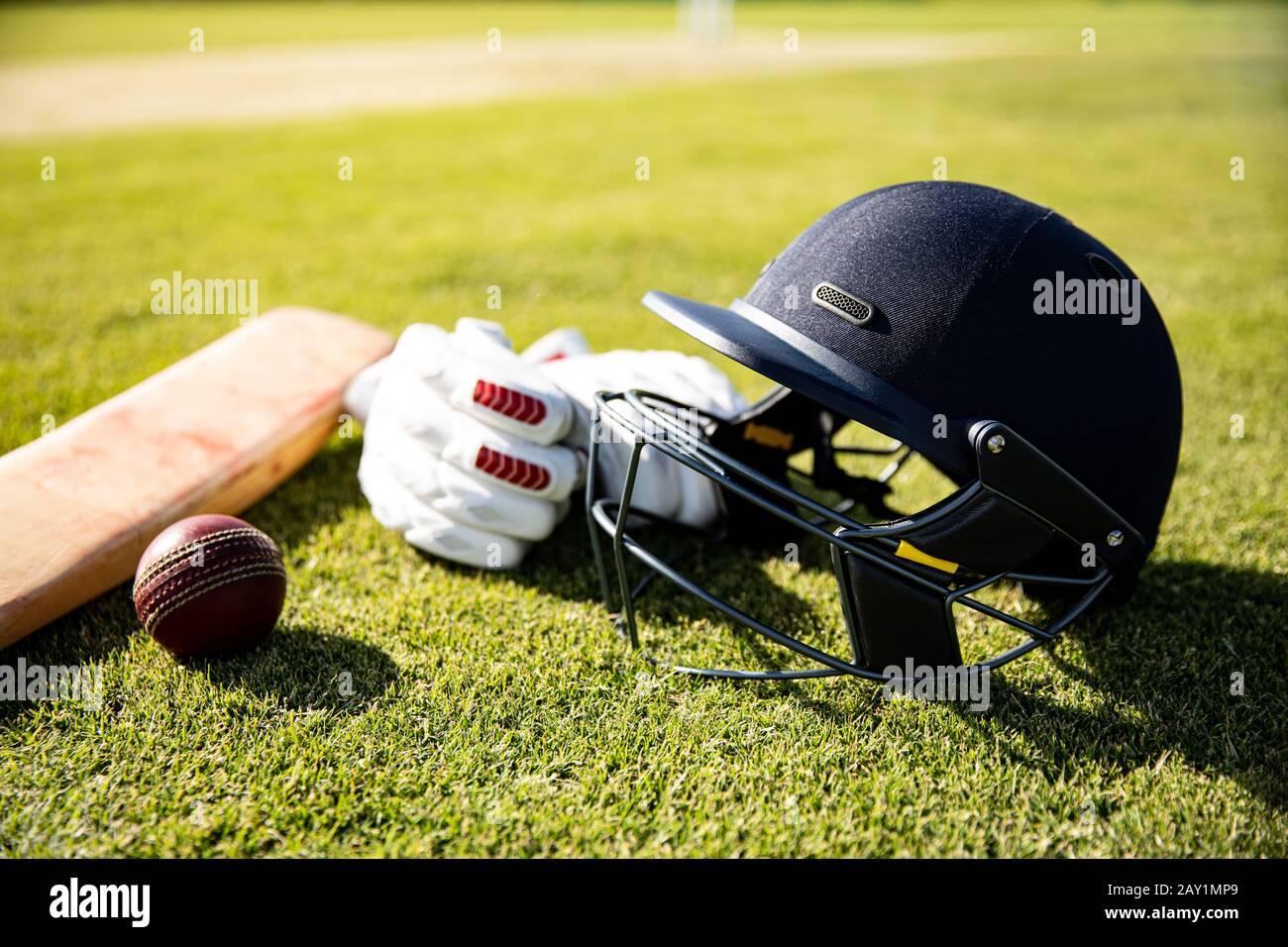Ballon de cricket et casque Banque D'Images