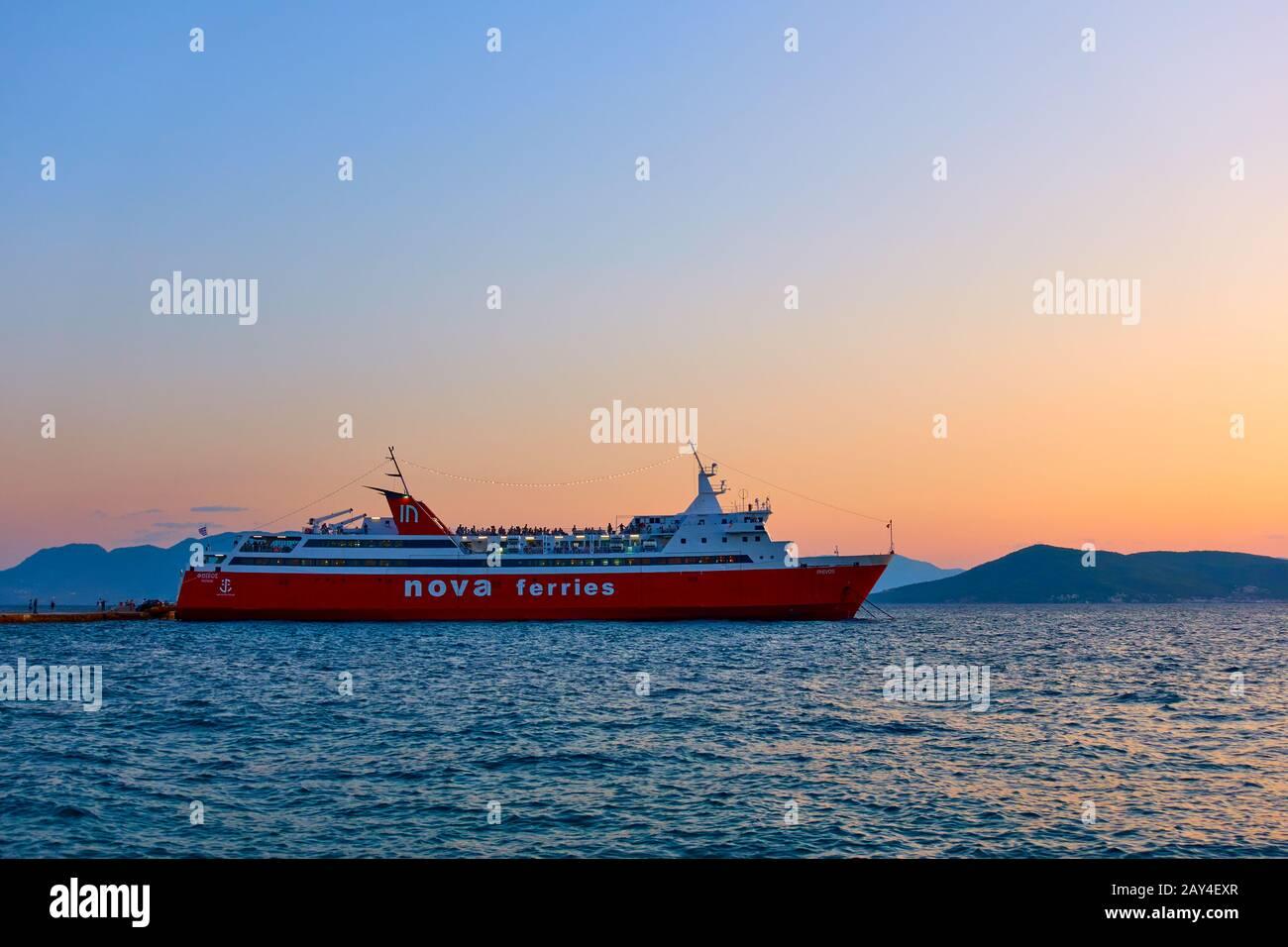 Aegina, Grèce - 15 septembre 2019 : traversier au port d'Aegina au coucher du soleil. Navire: Nova Ferries, 'Phivos' Banque D'Images