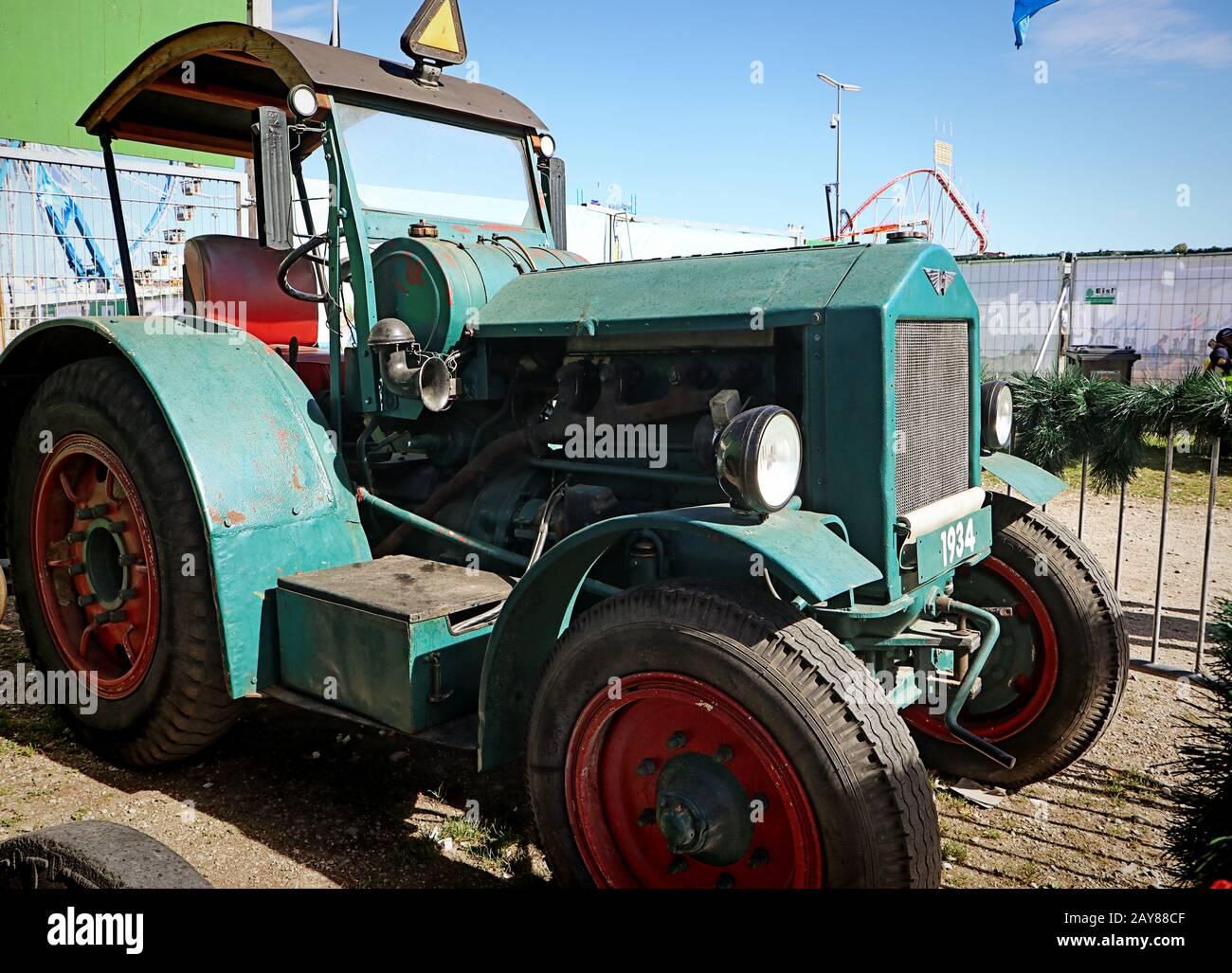 Munich, ALLEMAGNE tracteur Hanomag de l'année 1934 exposé à l'Oide Wiesn partie historique de l'Oktoberfest à Munich, un environnement familial et convivial pour les enfants Banque D'Images