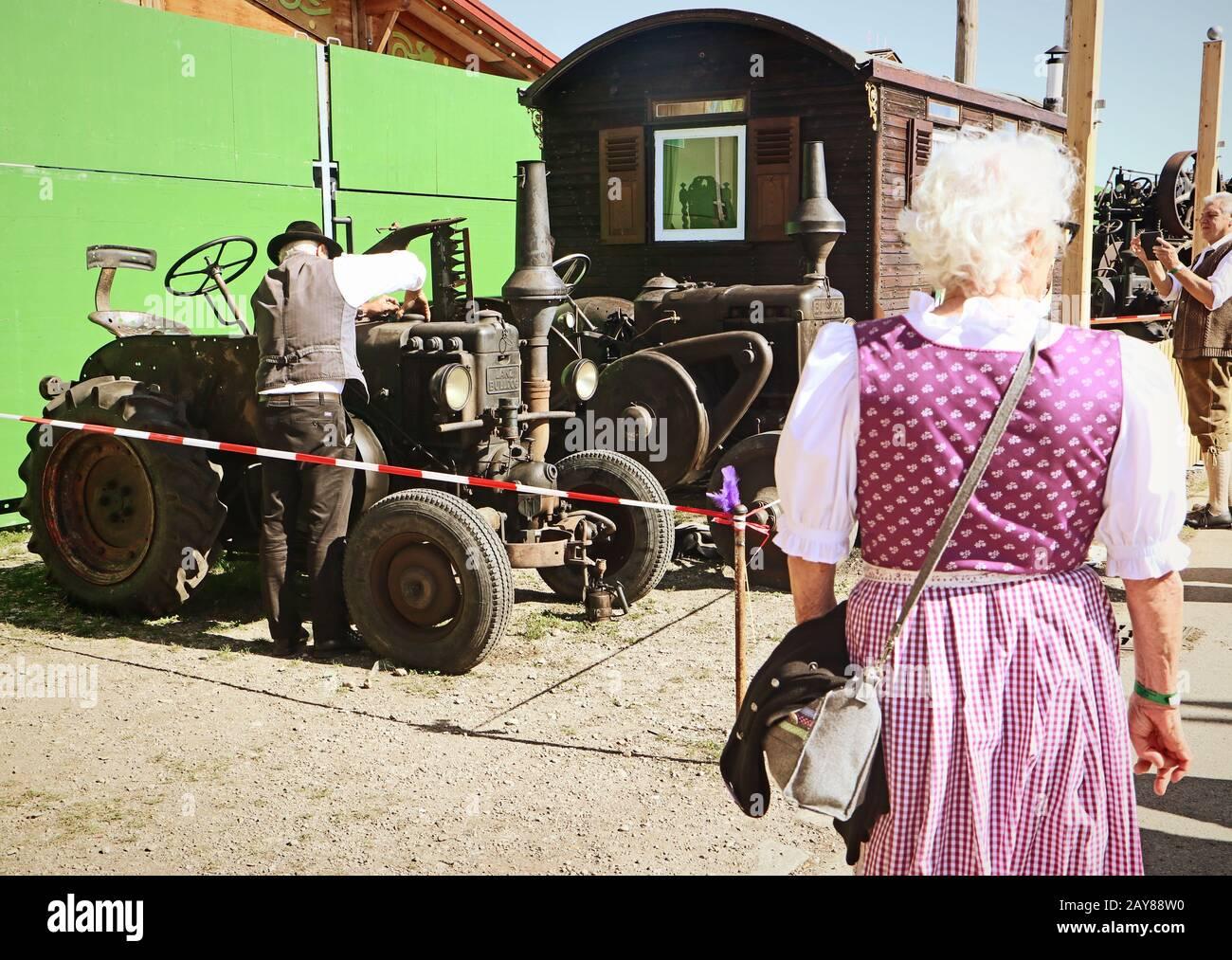 Munich, ALLEMAGNE Lanz Bulldog tracteur d'époque exposé à l'Oide Wiesn partie historique de l'Oktoberfest à Munich, un environnement familial et convivial pour les enfants Banque D'Images