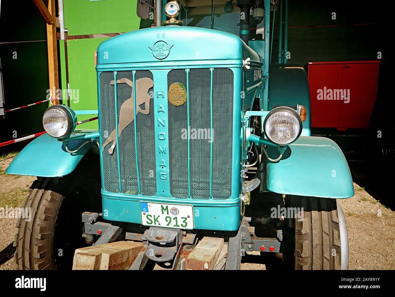 Munich, ALLEMAGNE un tracteur d'époque Hanomag est exposé à l'Oide Wiesn, partie historique de l'Oktoberfest à Munich, un environnement familial et convivial pour les enfants. Banque D'Images
