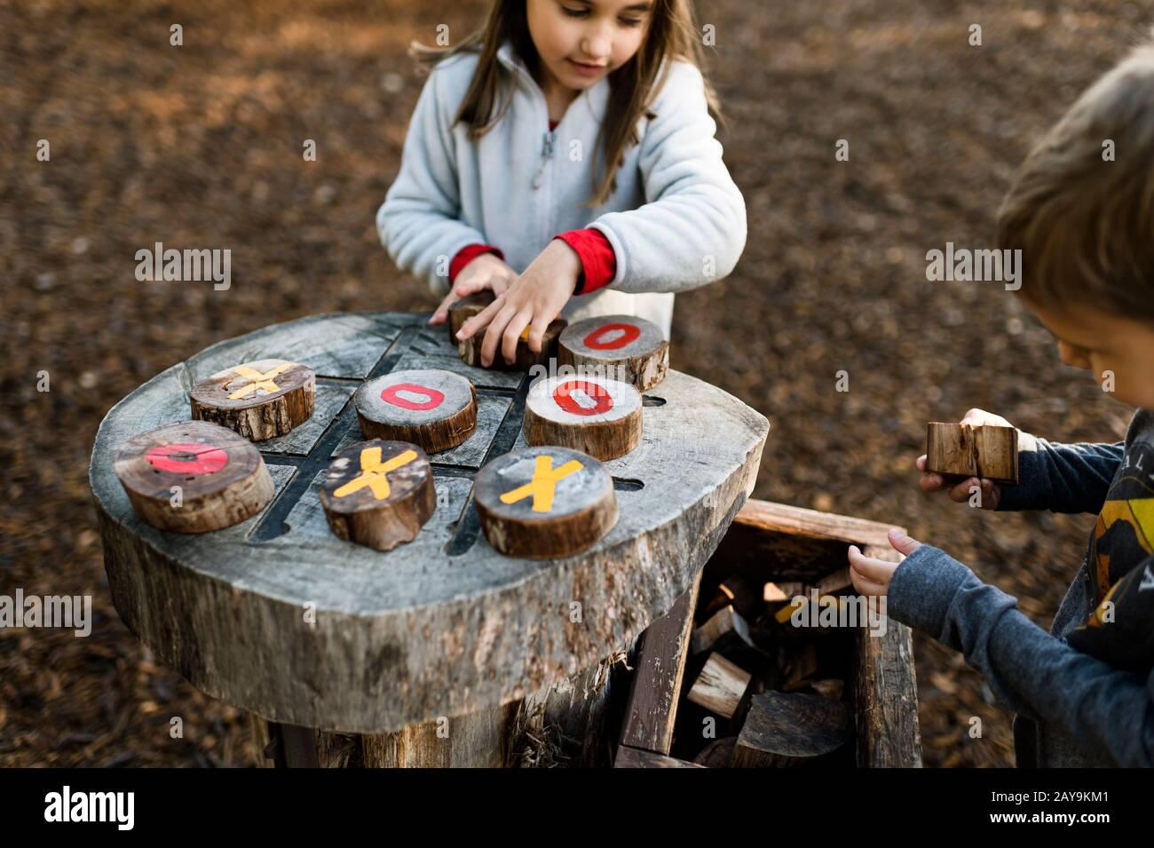 Enfants jouant au TIC TAC TOE au terrain de jeu naturel extérieur au Texas Banque D'Images