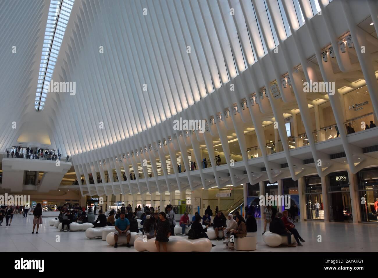 À l'intérieur de l'oculus de la Westfield World Trade Center Transportation Hub à New York Banque D'Images