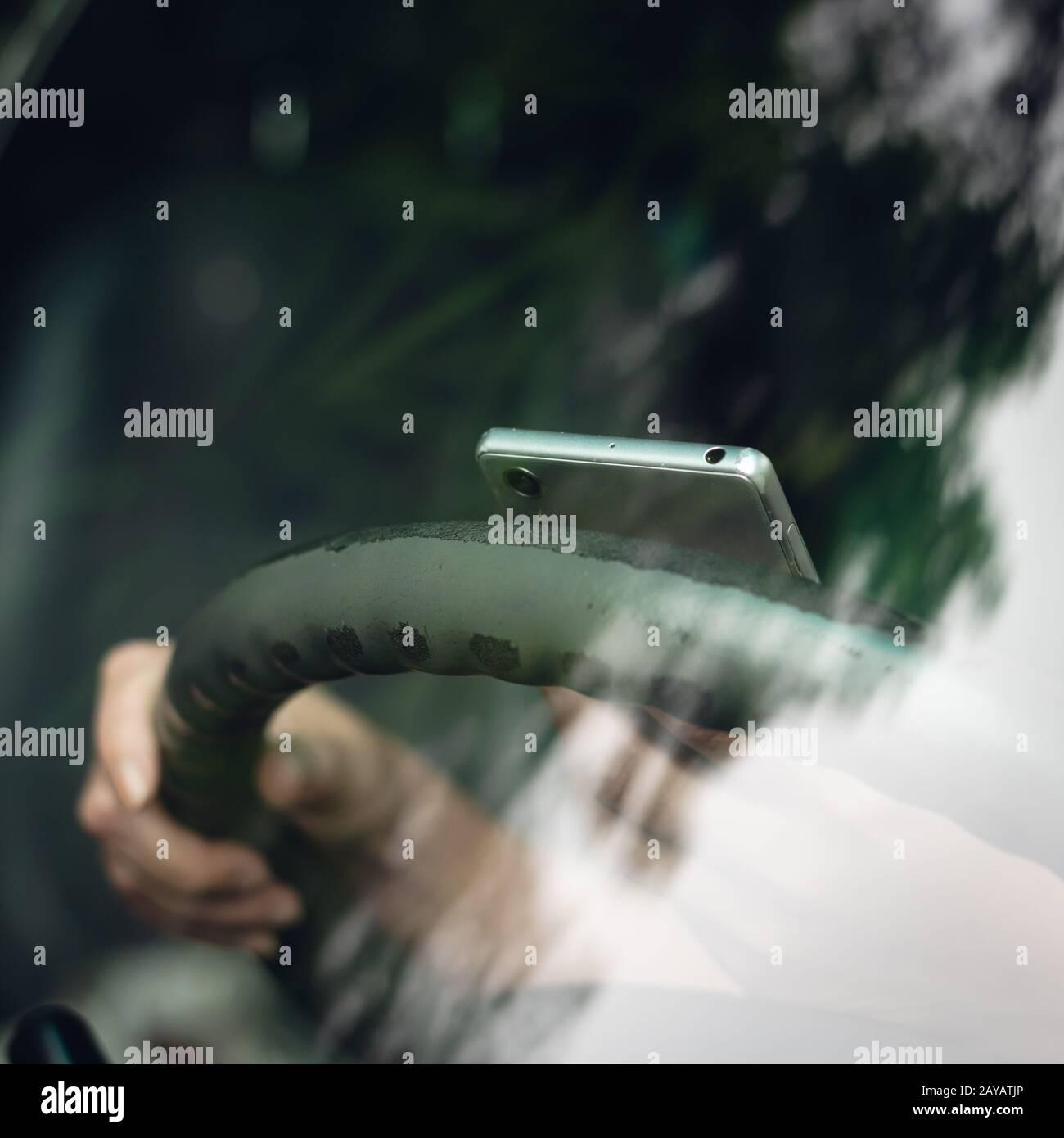 femme utilisant un smartphone dans une voiture Banque D'Images