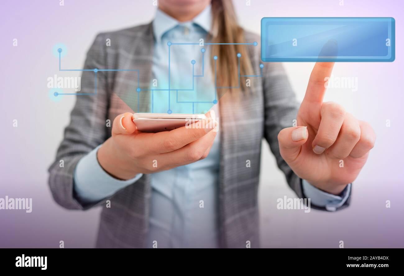 Femme d'affaires avec un doigt touchant la zone de texte tenant la tablette numérique en position debout. Lady avant présentant main bleu brillant copie sp Banque D'Images