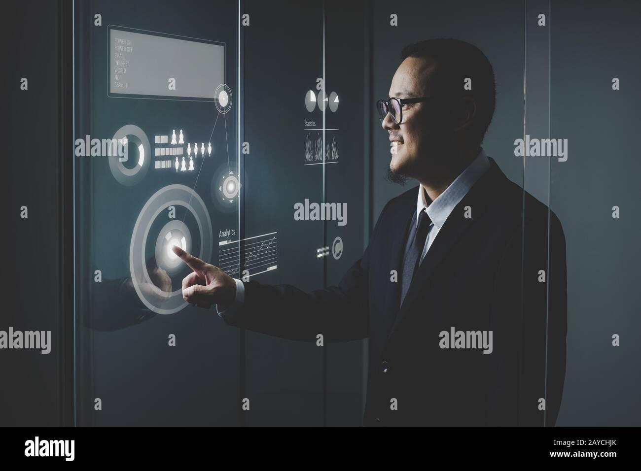 Homme d'affaires intelligent en utilisant les technologies modernes de l'analyste marketing et finance, de plus en plus d'affaires. Banque D'Images