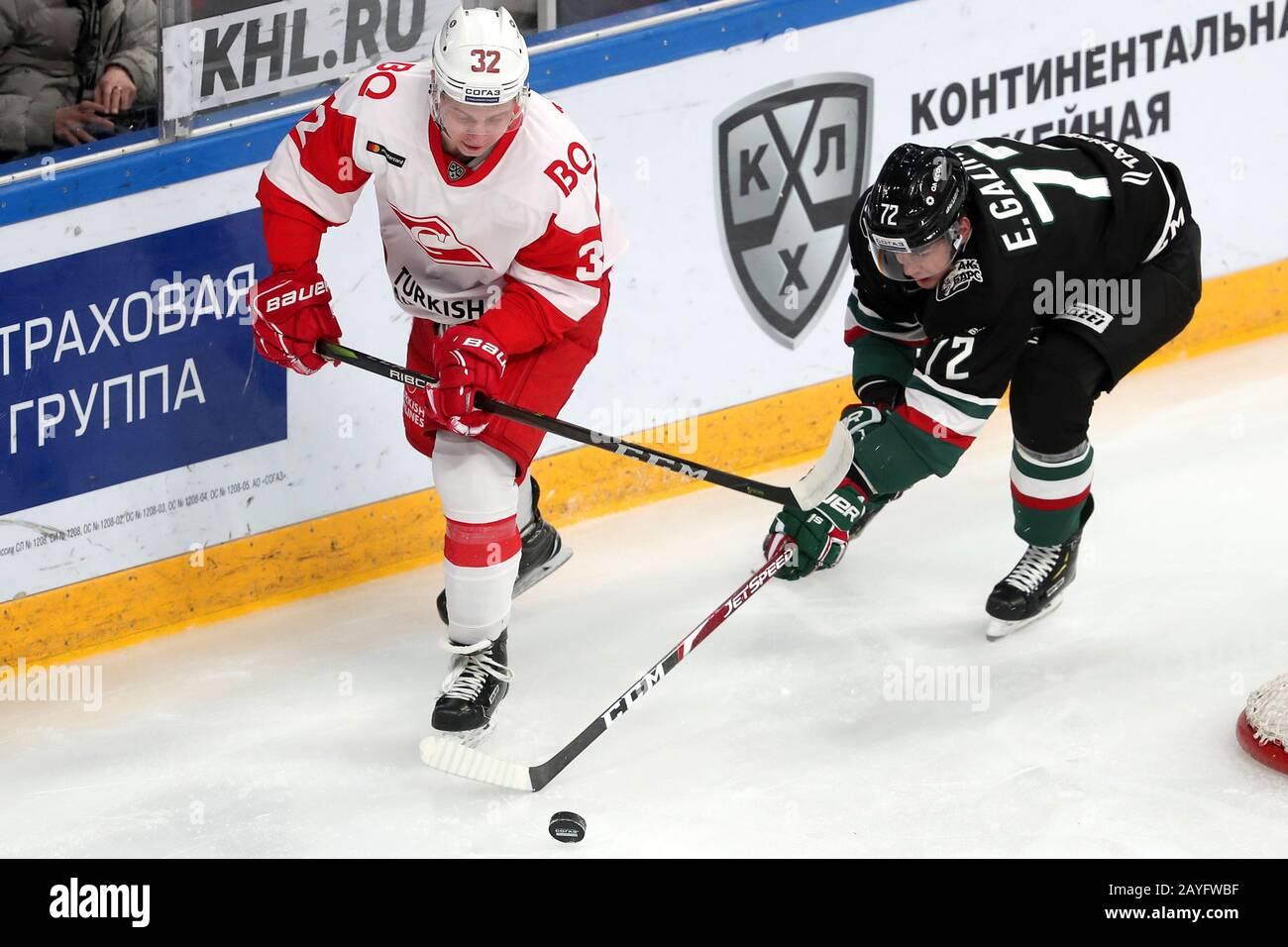 Kazan, RUSSIE - 15 FÉVRIER 2020: Spartak Moscou Akim Trishin (L) et Ak Bars l'Emil Galimov de Kazan en action dans le match de hockey régulier de la KHL 2019/20 entre Ak Bars Kazan et Spartak Moscou à Tatneft Arena. Yegor Aleyev/TASS Banque D'Images