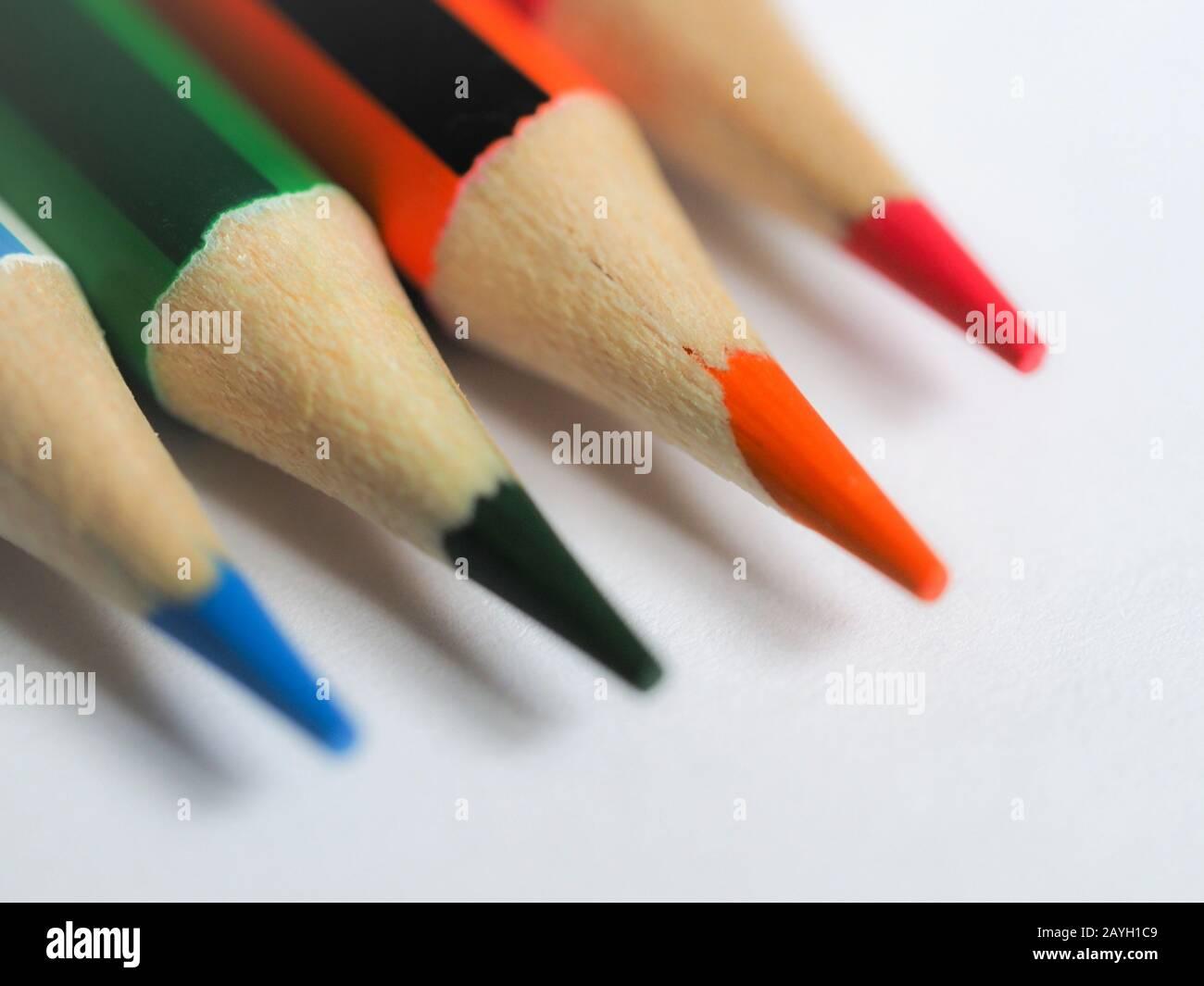 Mise au point douce gros plan des pointes de crayon colorées sur le papier blanc Banque D'Images