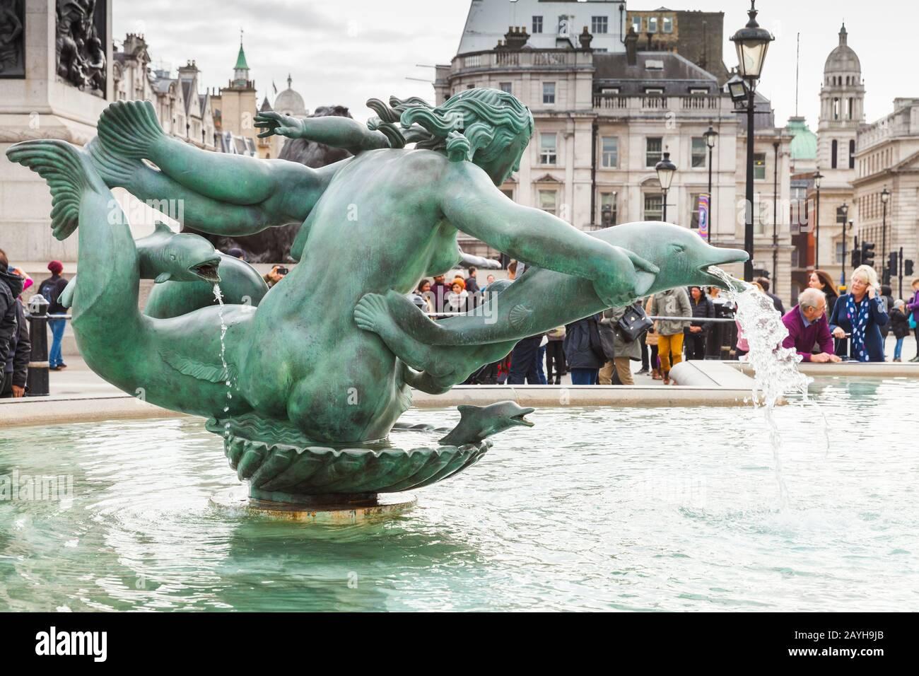 Londres, Royaume-Uni - 29 octobre 2017 : les touristes sont près de la fontaine de Trafalgar Square Banque D'Images