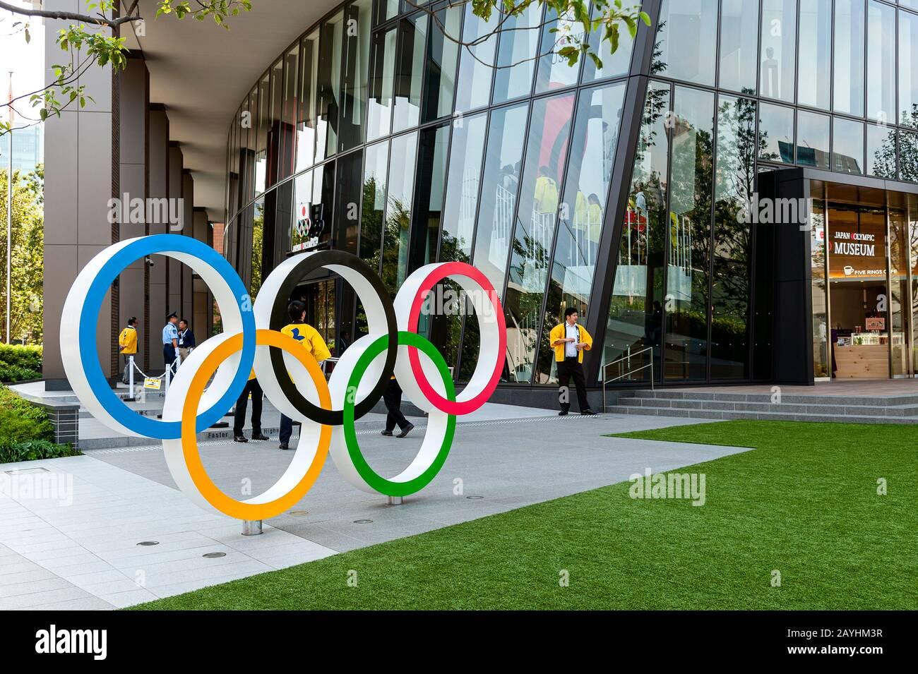 Les Anneaux Olympiques À L'Extérieur Du Musée Olympique Du Japon La Place Olympique Du Sport Du Japon Tokyo Banque D'Images