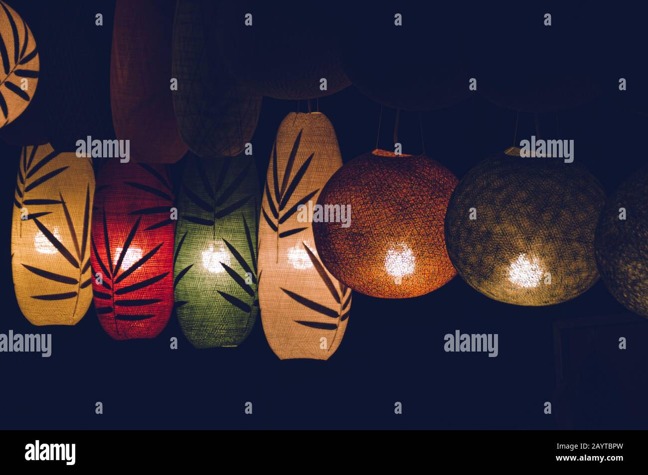 Belles lanternes en soie lao dans le marché nocturne de Luang Prabang au Laos pendant le bon Ok Pansa ou le Festival de la lumière Banque D'Images