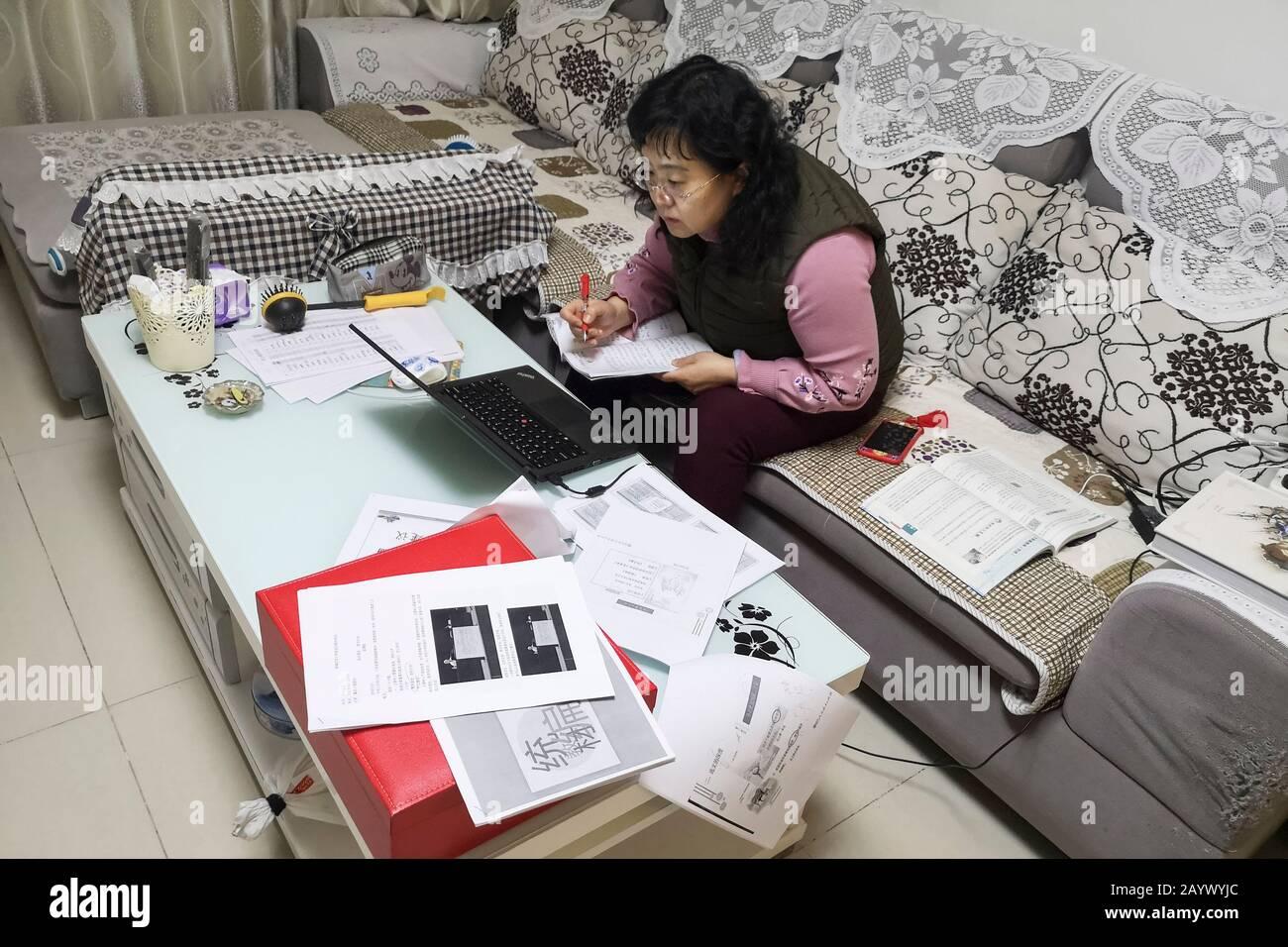 Pékin, Chine. 17 février 2020. Yang Xia, enseignant de l'école primaire, prépare une classe en ligne à la maison à Beijing, capitale de la Chine, 17 février 2020. Des millions d'étudiants chinois ont commencé à apprendre en ligne lundi, puisque le nouveau semestre scolaire initialement prévu pour le 17 février est actuellement reporté en raison d'un mécanisme national de lutte contre l'épidémie. Crédit: Xinhua/Alay Live News Banque D'Images